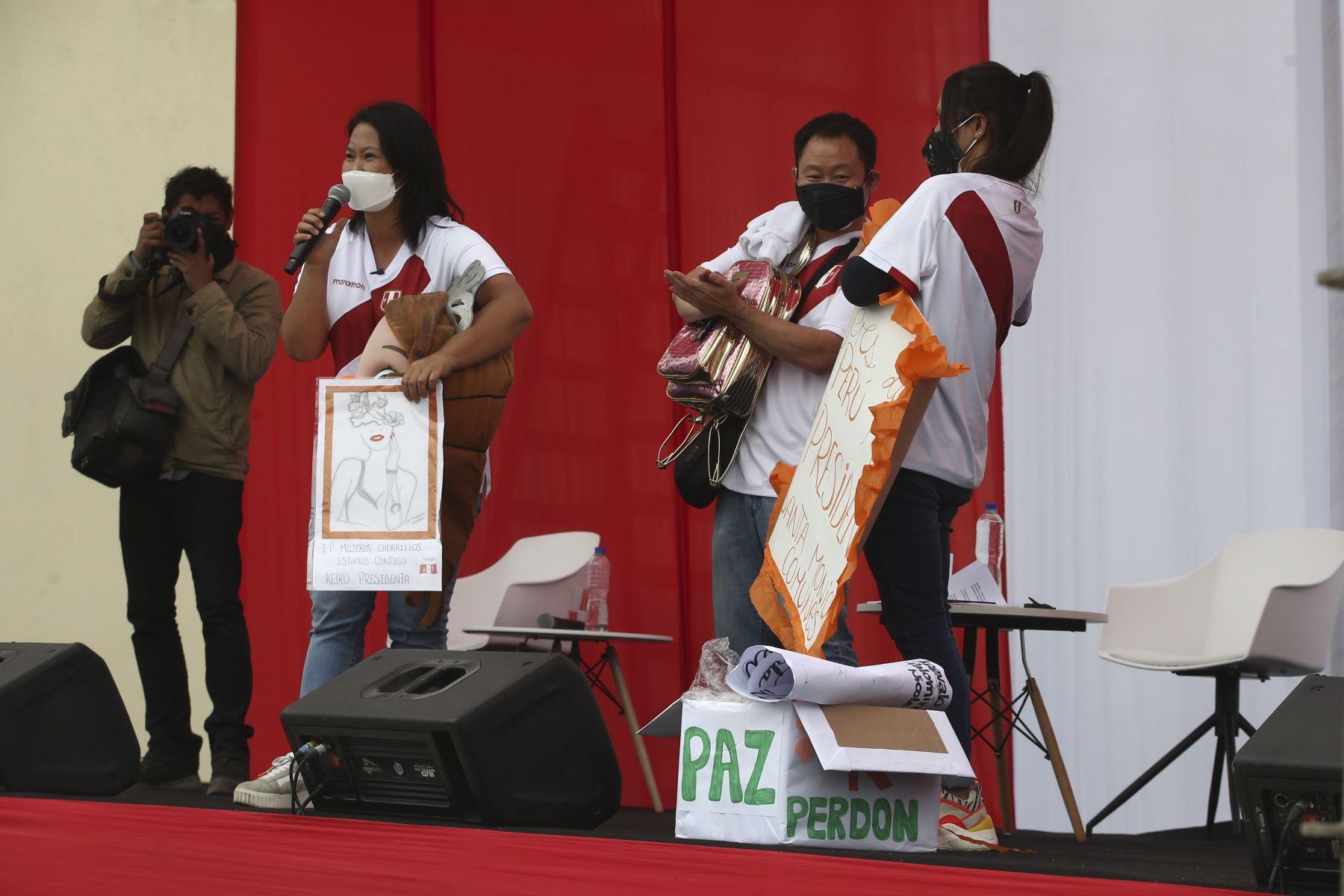 Candidata Keiko Fujimori brinda mitin a sus seguidores en exteriores del penal de mujeres de Chorrillos. Foto: ANDINA/Vidal Tarqui