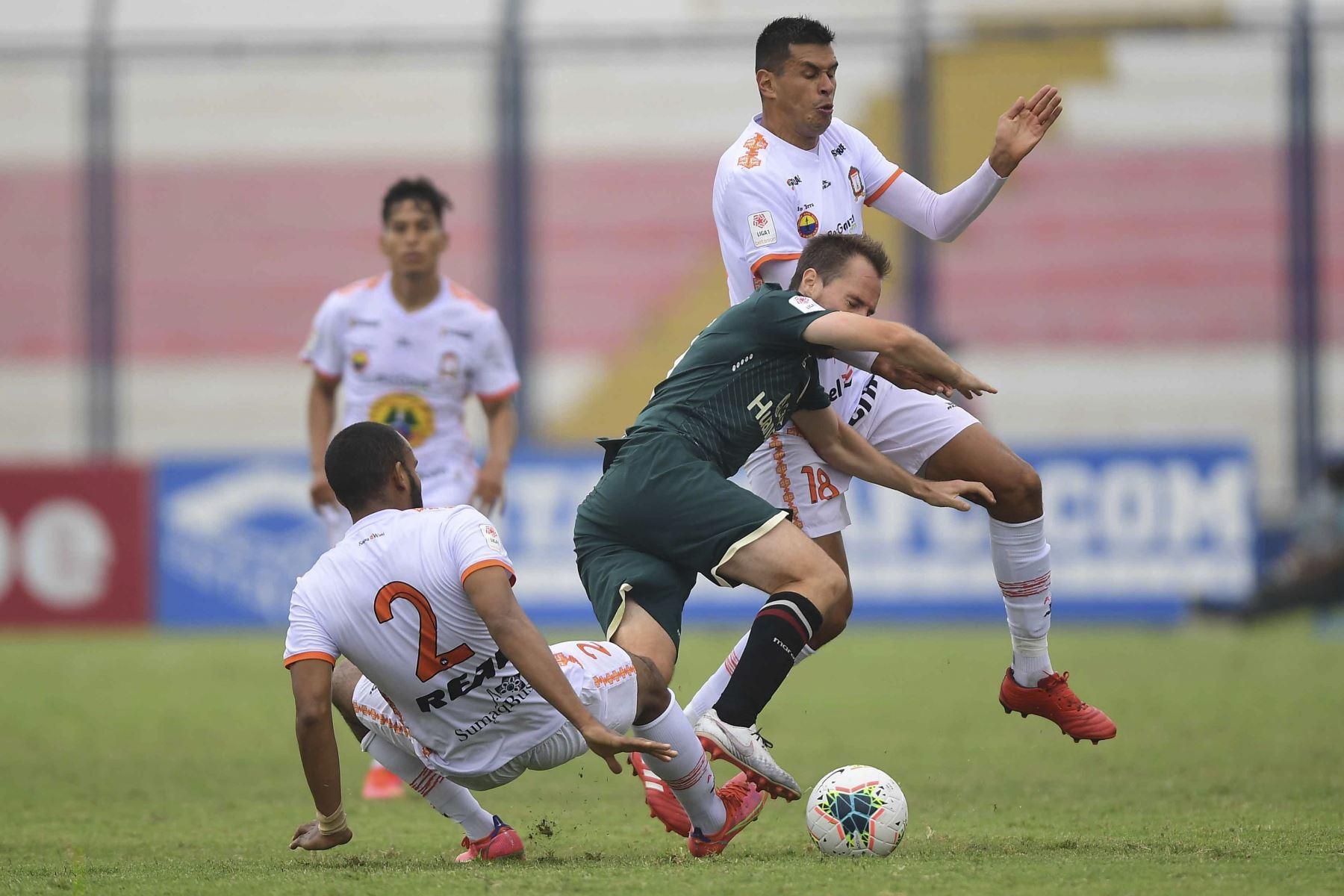 Universitario de Deportes empató 3 a 3 a Ayacucho FC con en un intenso partido jugado en el Estadio Iván Elías Moreno de Villa El Salvador, por la octava fecha del Torneo Apertura de la Liga 1 del fútbol peruano. Foto: Liga1