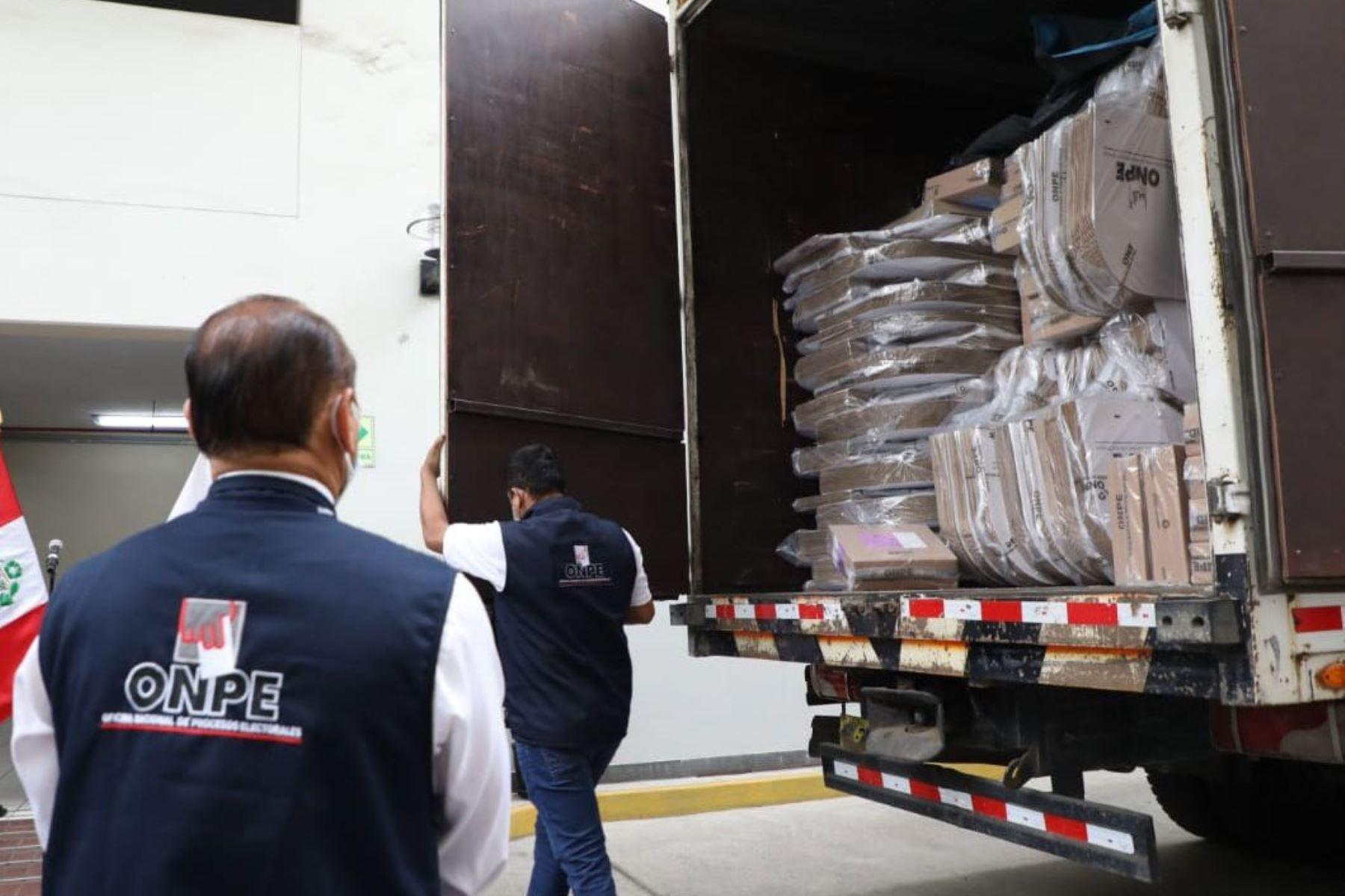 Entrega de material electoral a Cancillería del Perú  para sufragio de peruanos en el extranjero. Foto: Onpe
