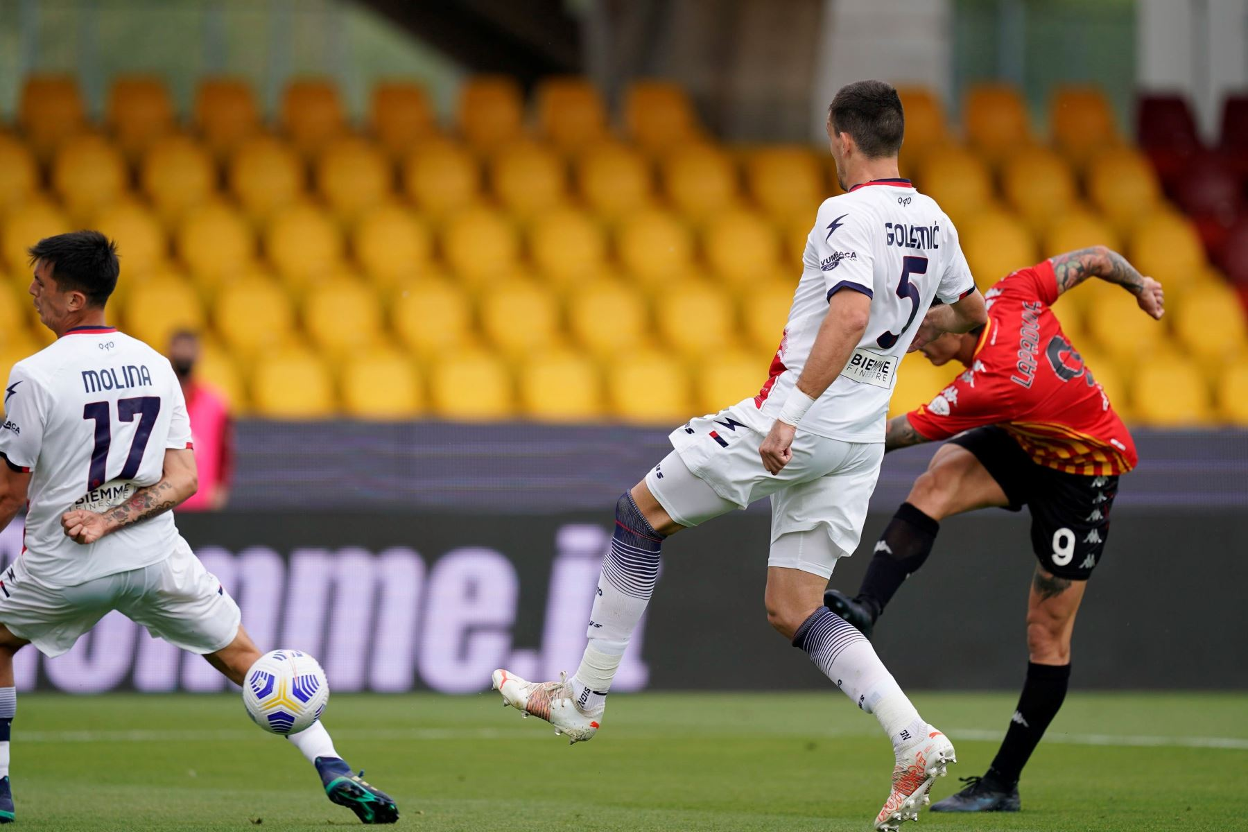 Avance del Benevento Calcio Gianluca Lapadula  puntuaciones durante el partido de fútbol de la Serie A italiana Benevento Calcio vs FC Crotone. Foto: EFE