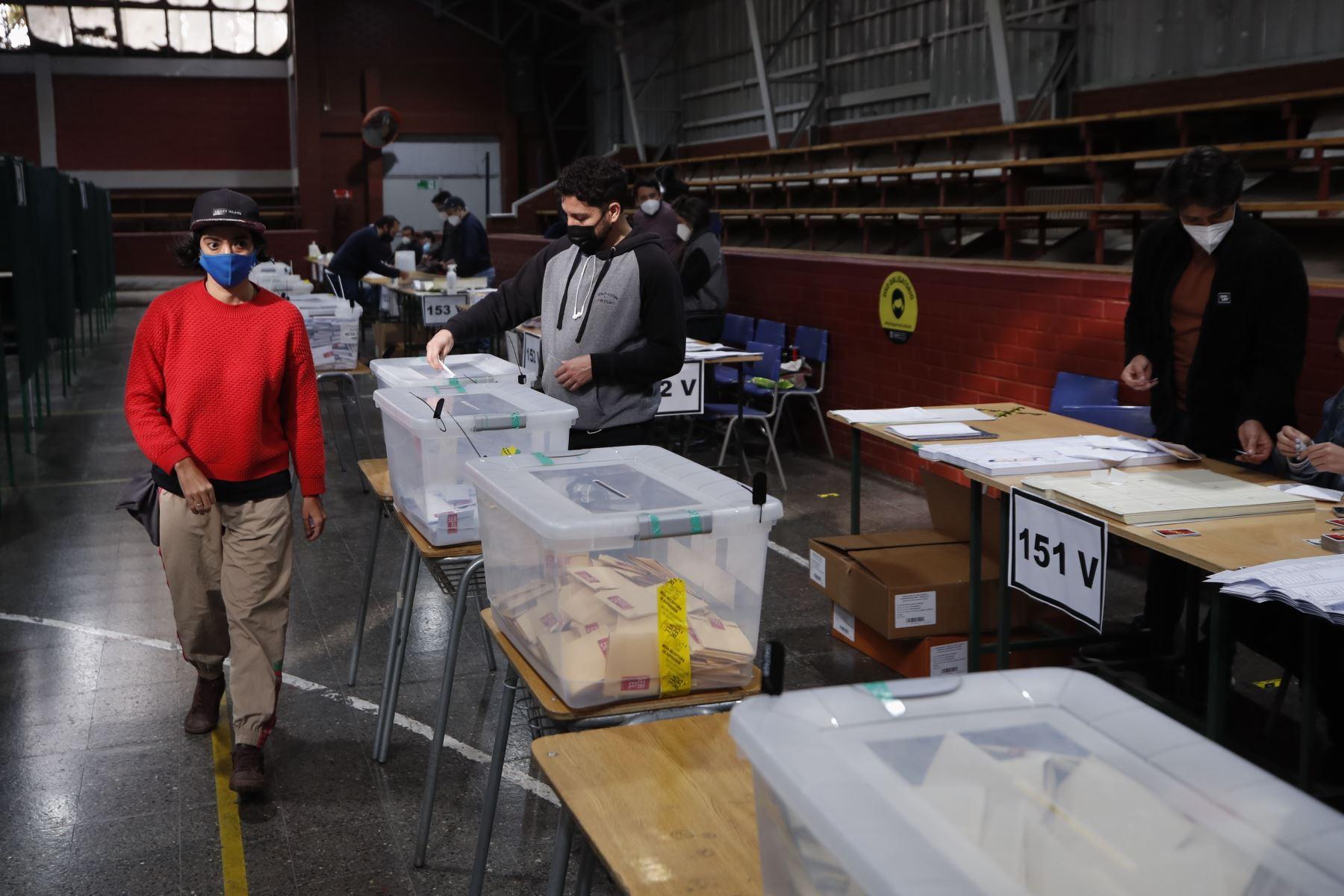 Ciudadanos llegan a un puesto de votación , durante las elecciones locales y constituyentes, en el Liceo Carmela Carvajal, en la comuna de Providencia, en Santiago de Chile. Foto: AFP