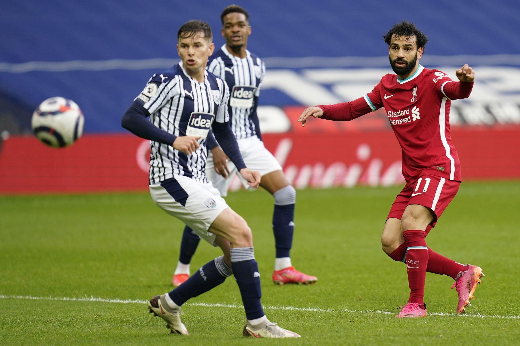 El centrocampista egipcio del Liverpool Mohamed Salah anota el primer gol de su equipo durante el partido de fútbol de la Premier League inglesa entre West Bromwich Albion y Liverpool. Foto: AFP