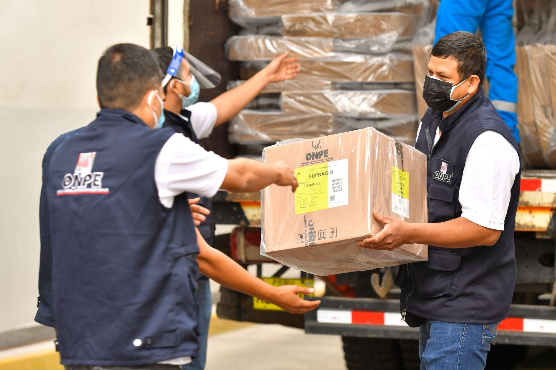 Entrega de material electoral a Cancillería del Perú para sufragio de peruanos en el extranjero. Foto: Cancillería del Perú