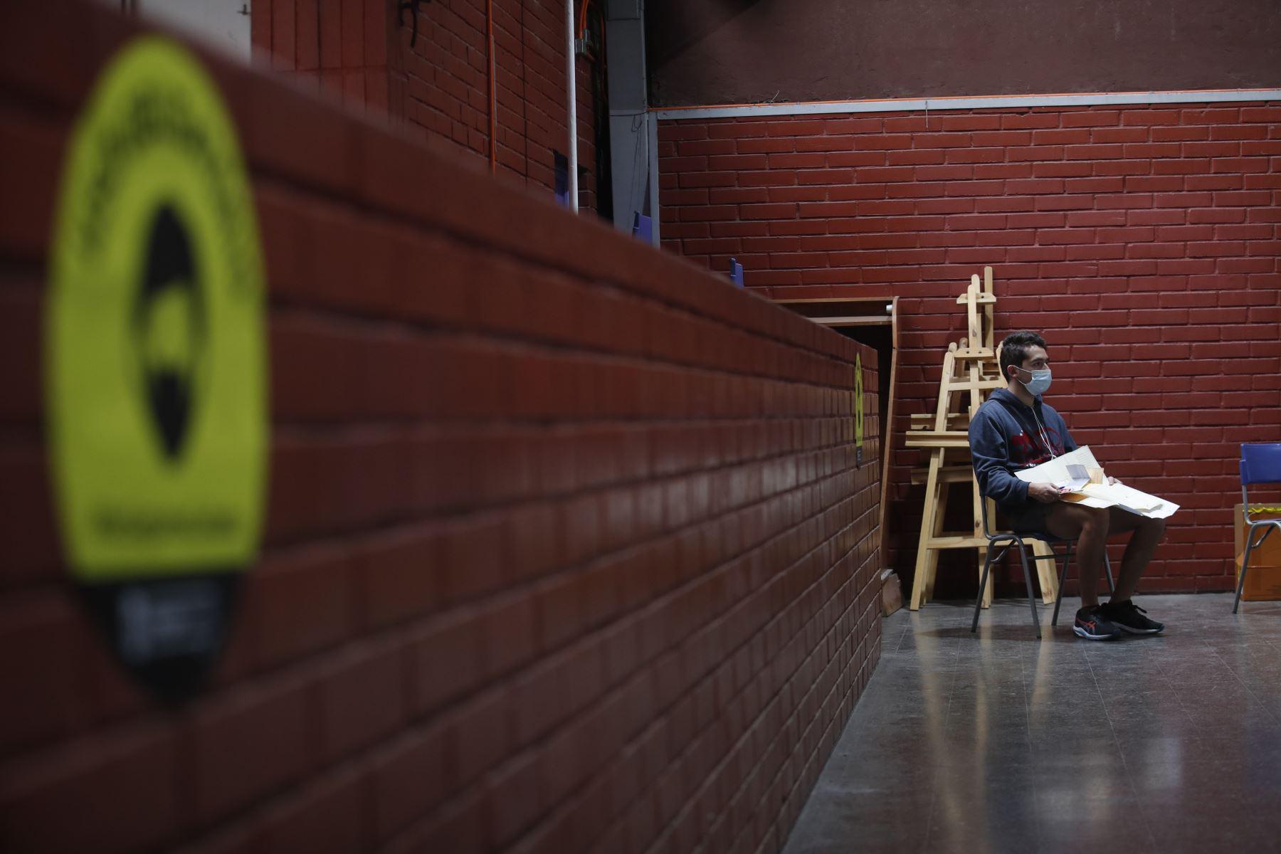 Ciudadanos llegan a un puesto de votación , durante las elecciones locales y constituyentes, en el Liceo Carmela Carvajal, en la comuna de Providencia, en Santiago de Chile. Foto: EFE
