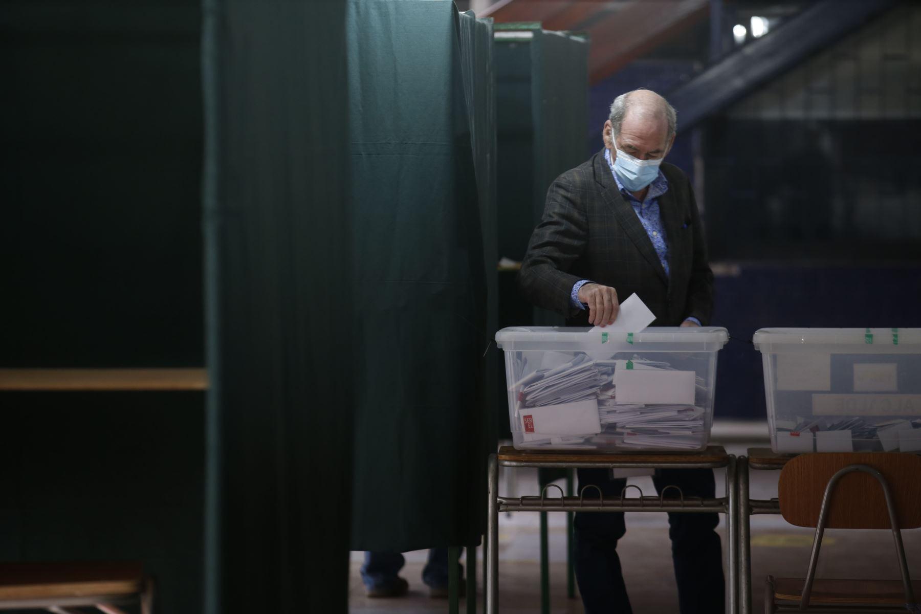Ciudadanos votan en el Liceo Carmela Carvajal , durante las elecciones locales y constituyentes, en la comuna de Providencia, en Santiago de Chile.  Foto: EFE