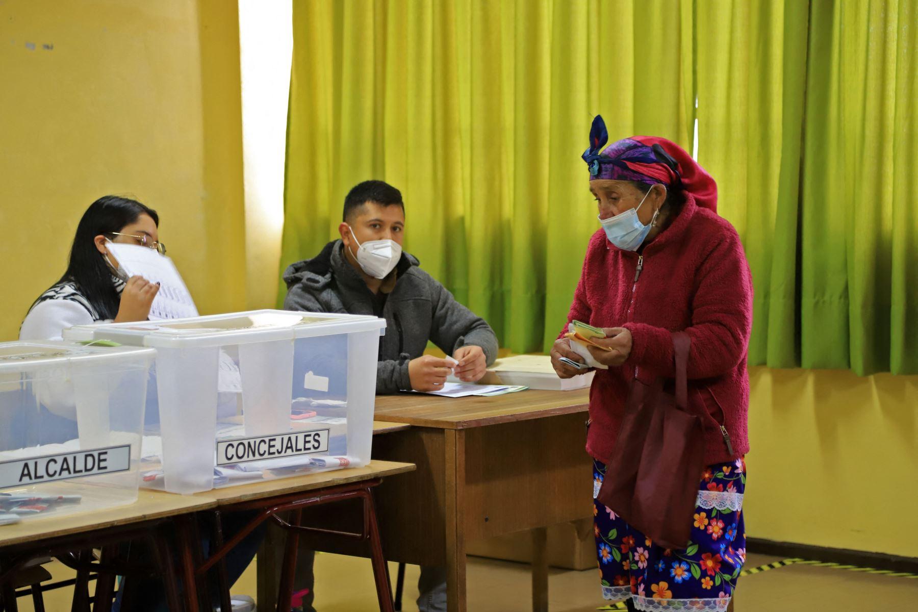 Una mujer indígena mapuche vota durante las elecciones para elegir alcaldes, concejales y una comisión para reescribir la constitución en Temuco, Chile. Foto: AFP