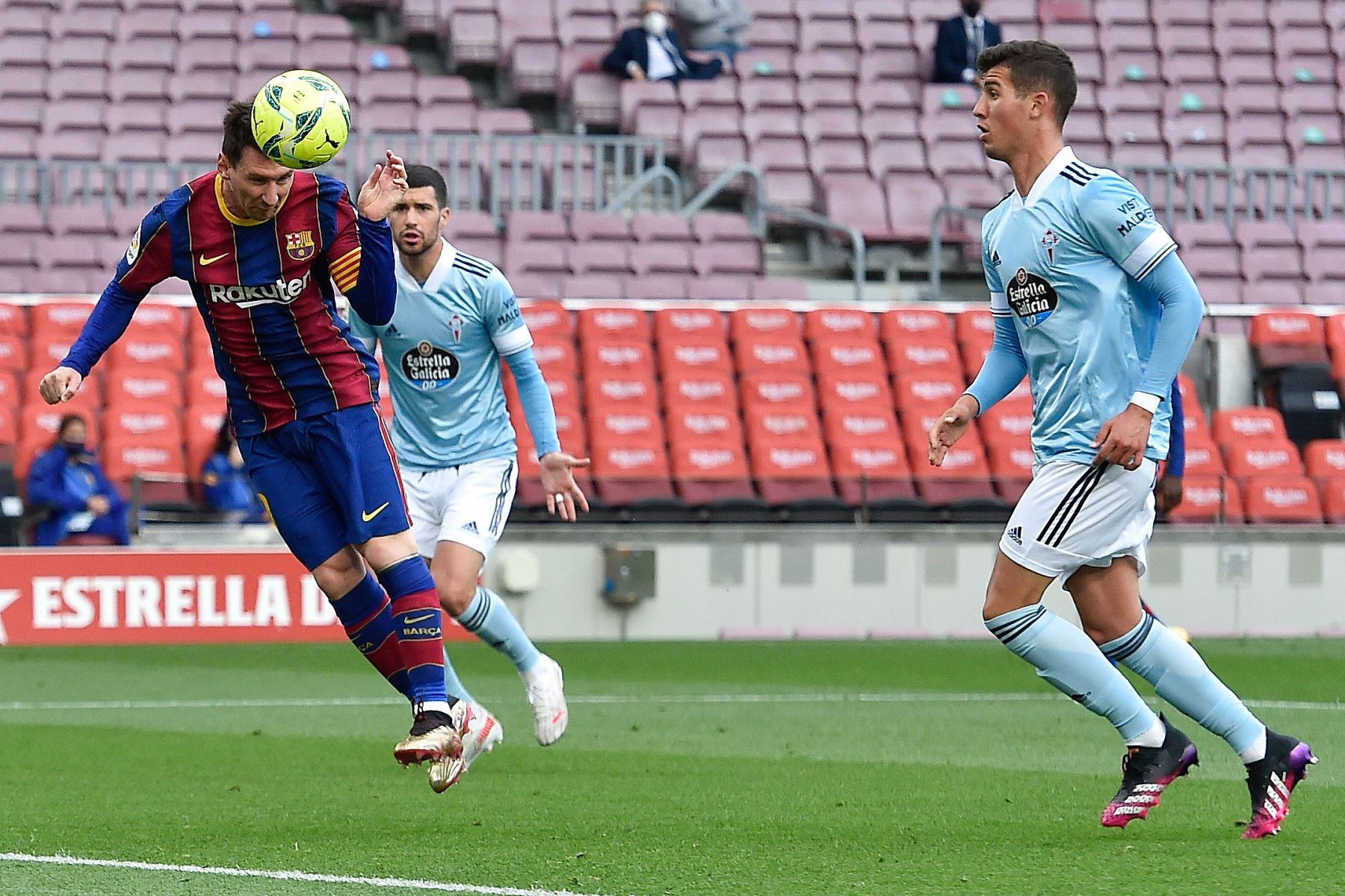 El delantero argentino del Barcelona Lionel Messi cabecea el balón y marca un gol durante el partido de fútbol de la Liga española entre el FC Barcelona y el RC Celta de Vigo. Foto: AFP