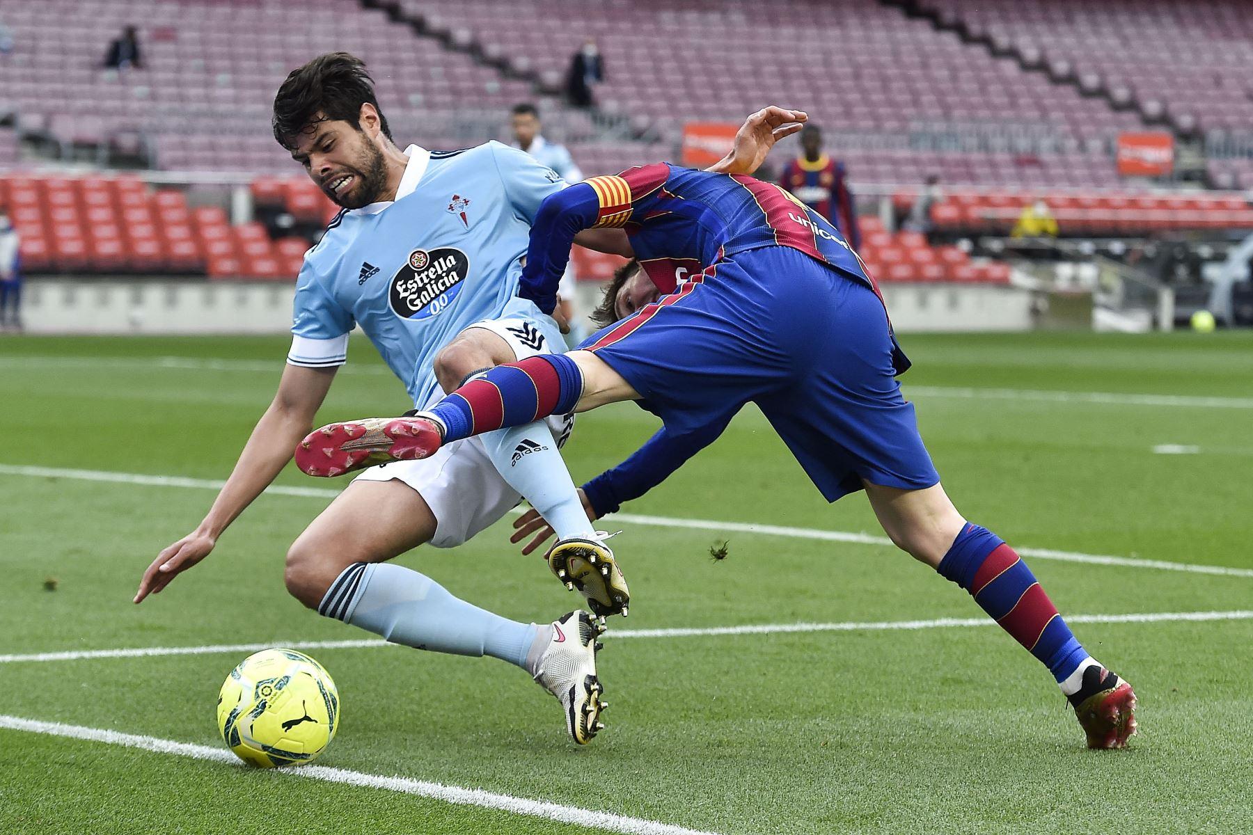 El delantero argentino del Barcelona Lionel Messi compite con el defensor mexicano del Celta Nestor Araujo durante el partido de fútbol de la Liga española entre el FC Barcelona y el RC Celta de Vigo. Foto: AFP