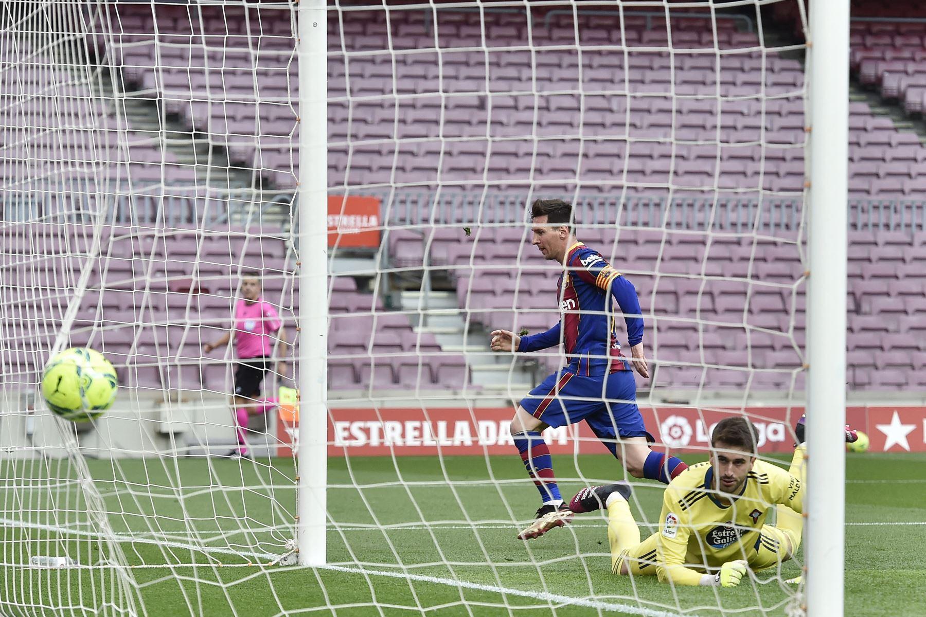 El delantero argentino del Barcelona Lionel Messi marca un gol durante el partido de fútbol de la Liga española entre el FC Barcelona y el RC Celta de Vigo. Foto: AFP