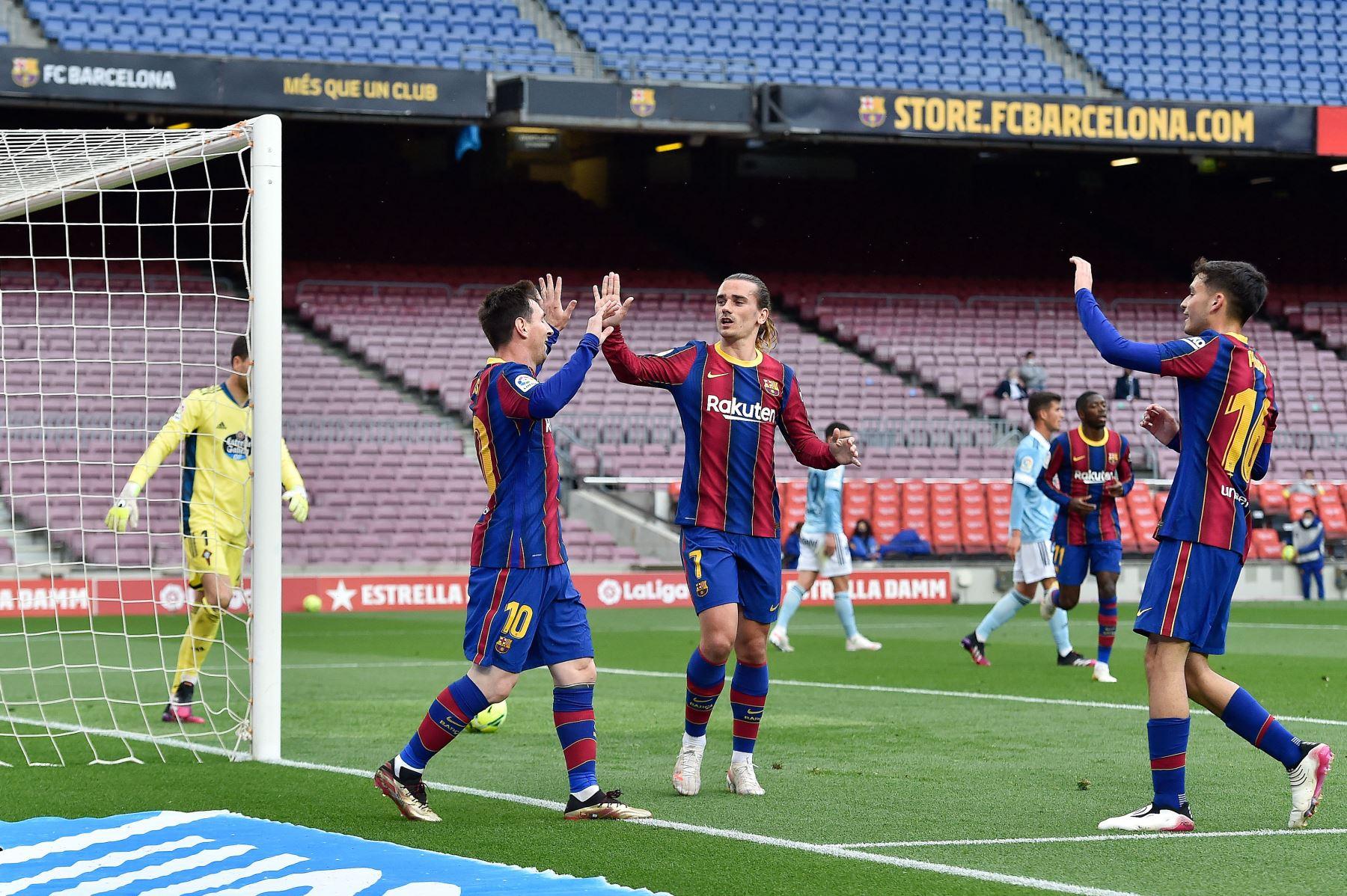 El delantero argentino del Barcelona Lionel Messi celebra su gol con sus compañeros durante el partido de fútbol de la Liga española entre el FC Barcelona y el RC Celta de Vigo. Foto: AFP