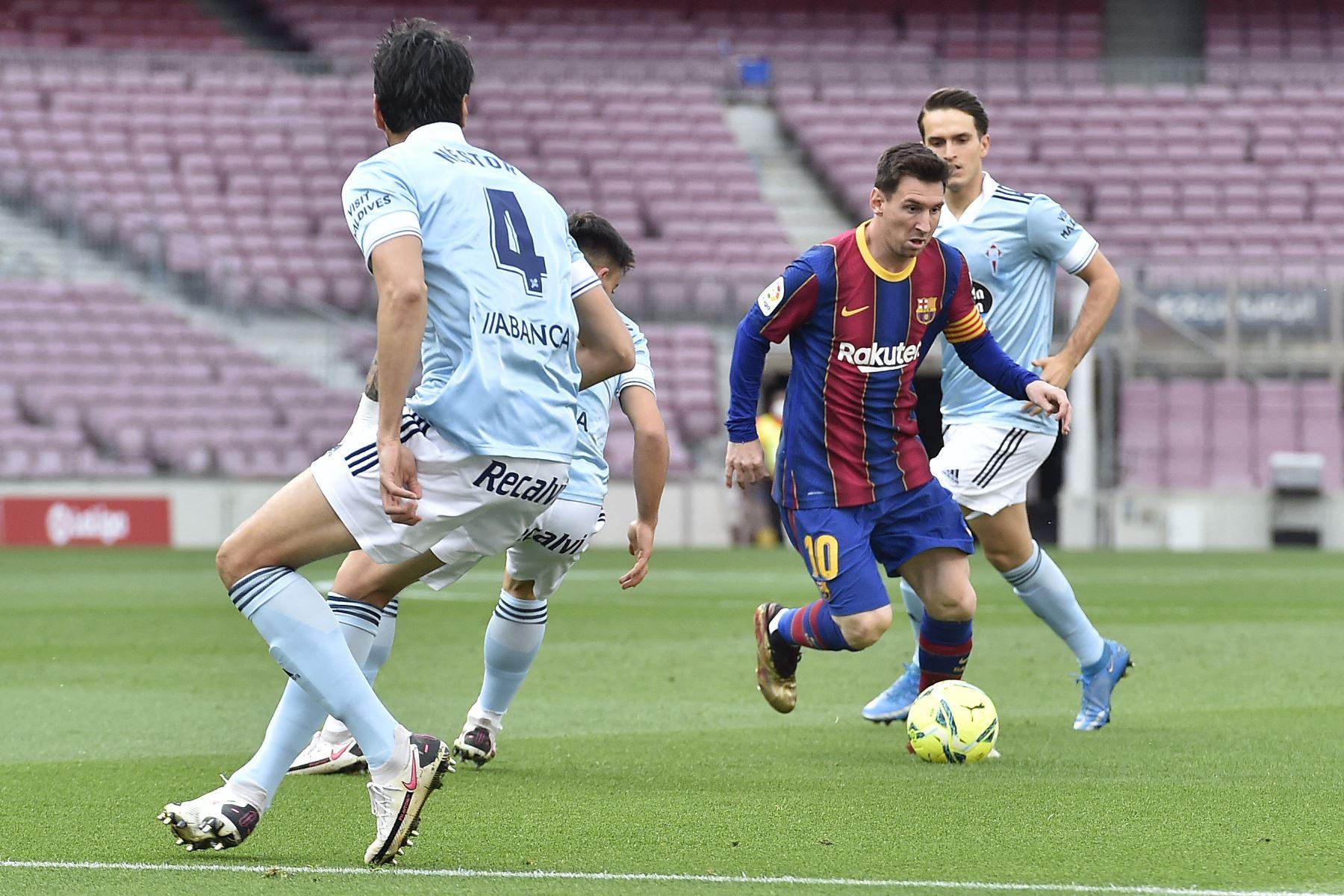 El delantero argentino del Barcelona Lionel Messi bota el balón durante el partido de fútbol de la Liga española entre el FC Barcelona y el RC Celta de Vigo. Foto: AFP