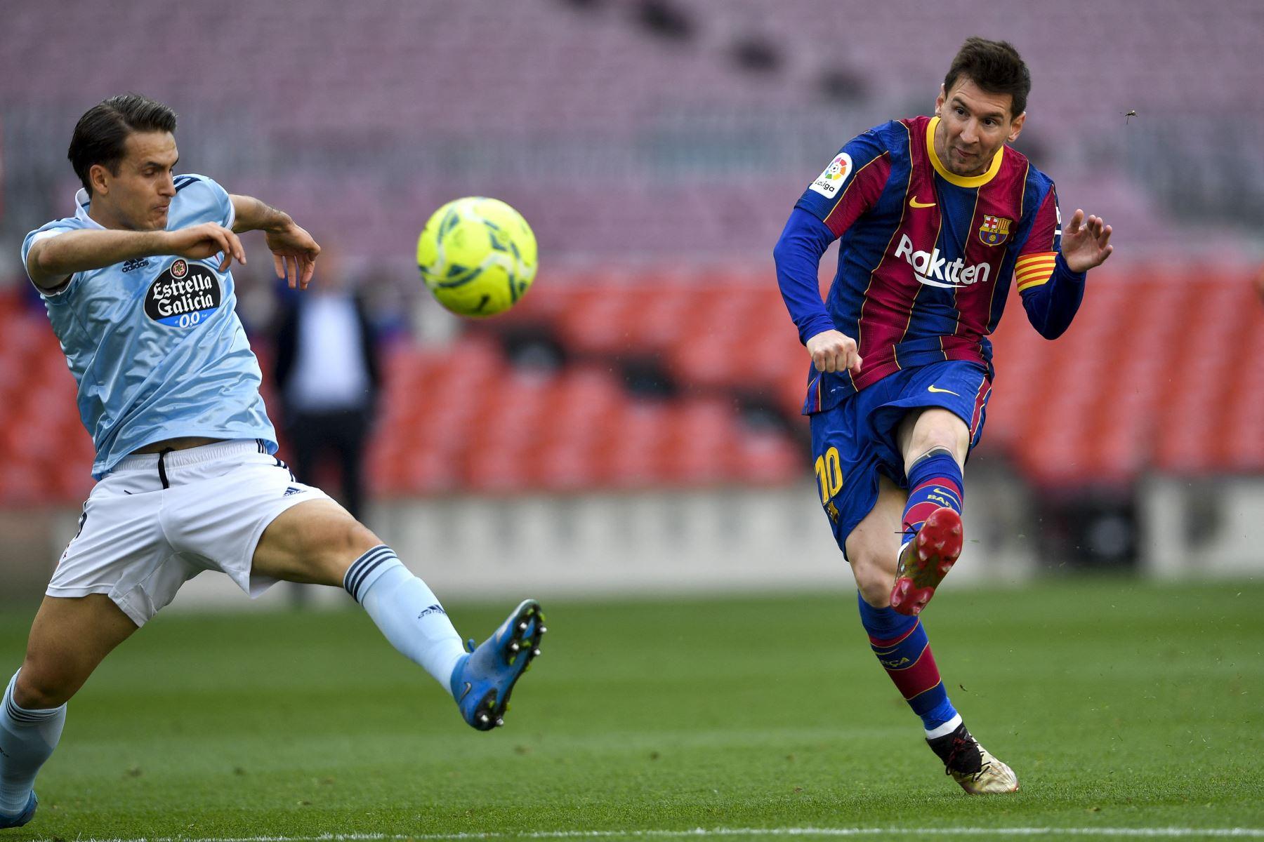 El centrocampista español del Celta Denis Suárez compite con el delantero argentino del Barcelona Lionel Messi durante el partido de fútbol de la Liga española entre el FC Barcelona y el RC Celta de Vigo. Foto: AFP