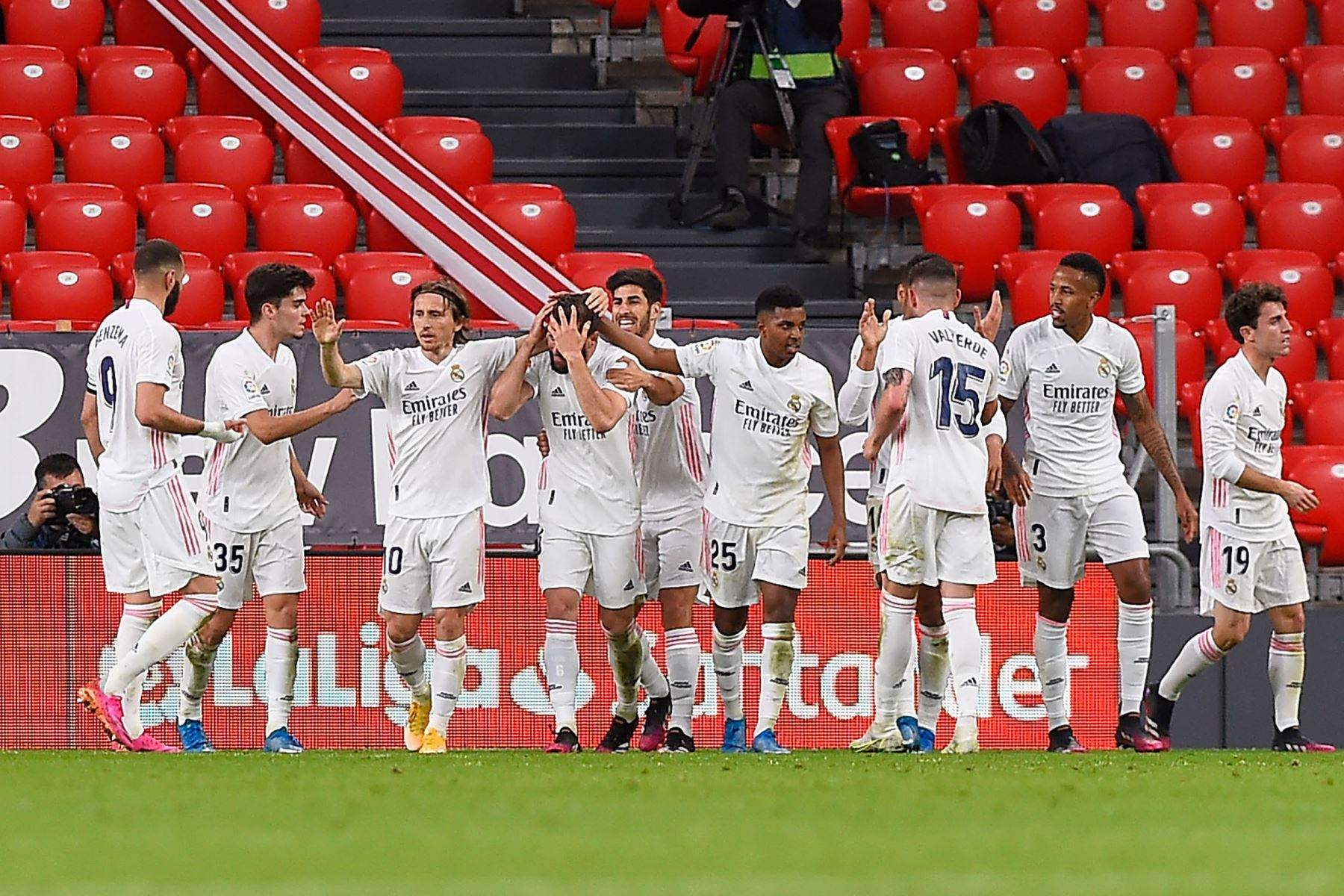 El defensa español del Real Madrid Nacho Fernández es felicitado por sus compañeros tras marcar un gol durante el partido de fútbol de la Liga española entre el Athletic Club de Bilbao y el Real Madrid. Foto: AFP