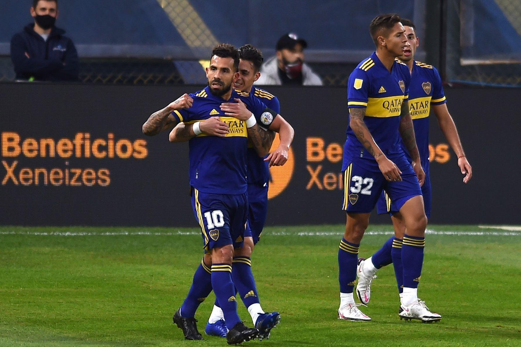 Carlos Tevez  de Boca celebra al anotar el 1-0 hoy, en un partido de los cuartos de final de la Primera División de Argentina entre Boca Juniors y River Plate en el estadio la Bombonera en Buenos Aires (Argentina). Foto: EFE