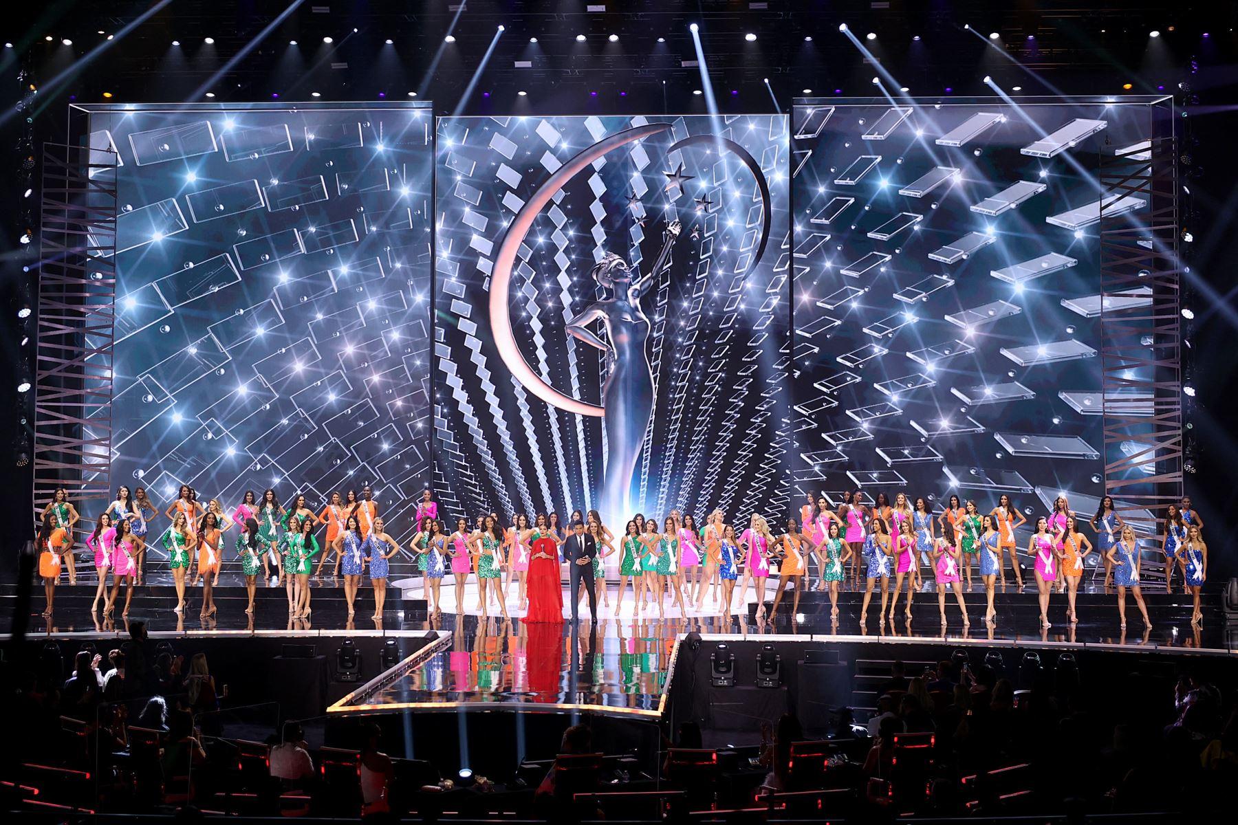 Olivia Culpo y Mario Lopez hablan en el escenario del concurso Miss Universe 2021 en el Seminole Hard Rock Hotel & Casino el 16 de mayo de 2021 en Hollywood, Florida. Foto: AFP