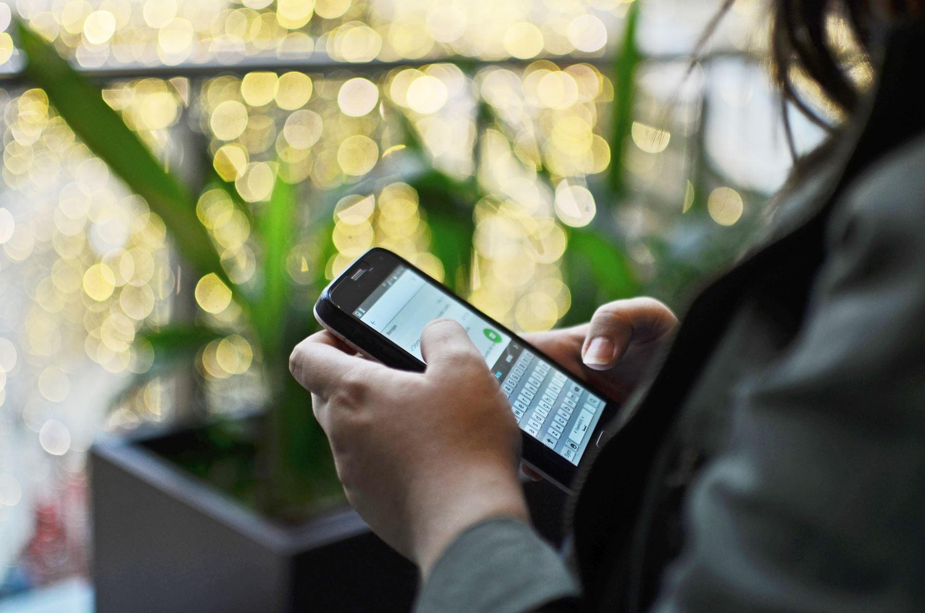 El vishing es un ataque peligrosamente eficaz que consiste en una comunicación telefónica o vía mensaje de voz haciéndose pasar por una empresa o entidad confiable con la intención de engañar a la víctima y convencerla de que realice una acción que va en contra de sus intereses.
