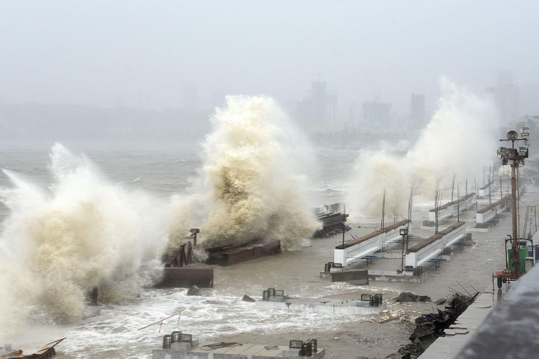 Las olas azotan una costa en Mumbai el 17 de mayo de 2021, cuando el ciclón Tauktae, que genera vientos feroces y amenaza con una tormenta destructiva, azota India, interrumpiendo la respuesta del país a su devastador brote de Covid-19. Foto: AFP