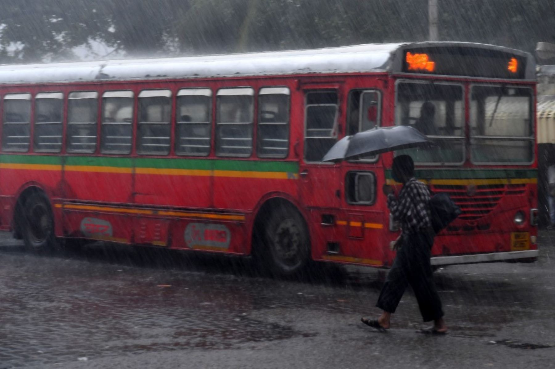 Un pasajero espera su autobús en una terminal en medio de las fuertes lluvias del ciclón Tauktae en Mumbai el 17 de mayo de 2021. Foto: AFP