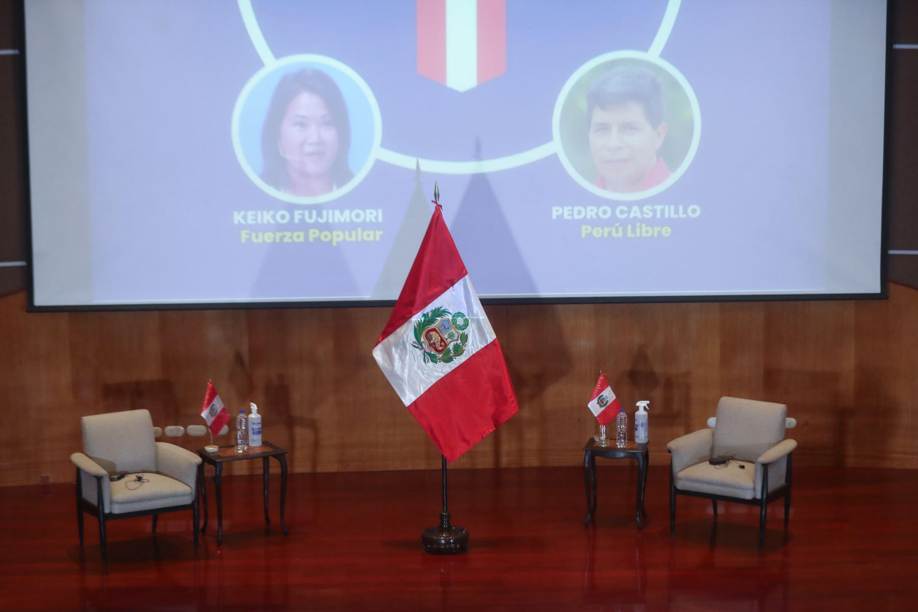 Candidatos a la presidencia de Perú Libre, Pedro Castillo, y de Fuerza Popular, Keiko Fujimori, asumirán el compromiso de cumplir con los 12 puntos expuestos en la Proclama Ciudadana - Juramento por la Democracia. En el auditorio del Colegio Médico del Perú. Foto: ANDINA/Carla Patiño