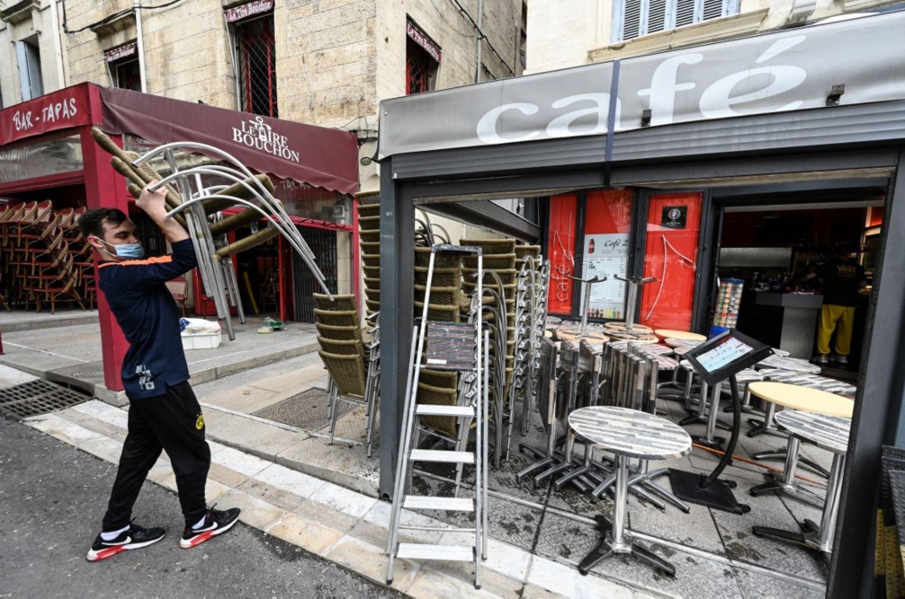 Un hombre instala la terraza de un restaurante en la ciudad de Montpellier, en el sur de Francia, el 17 de mayo de 2021. Foto: AFP