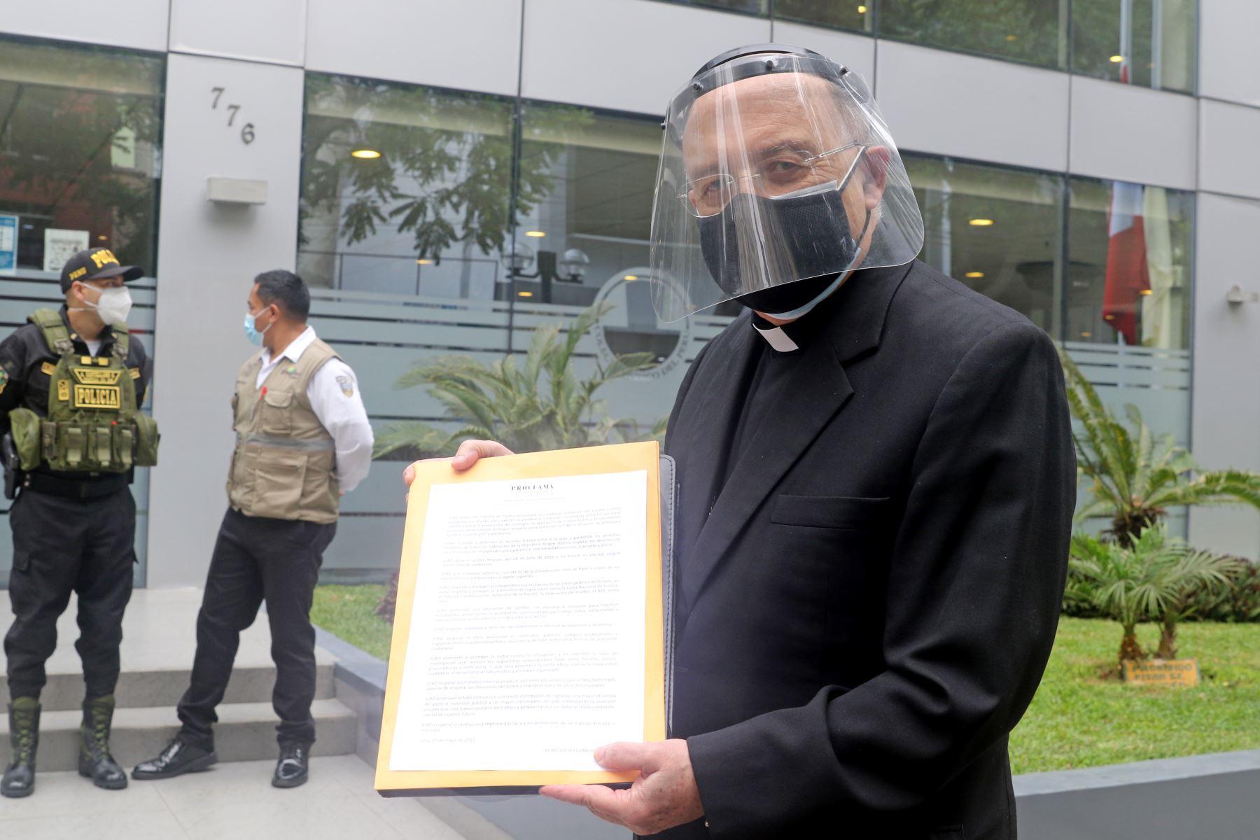 Mons. Pedro Barreto, muestra el compromiso de la Proclama Ciudadana - Juramento por la Democracia. Foto: ANDINA/Andrés Valle