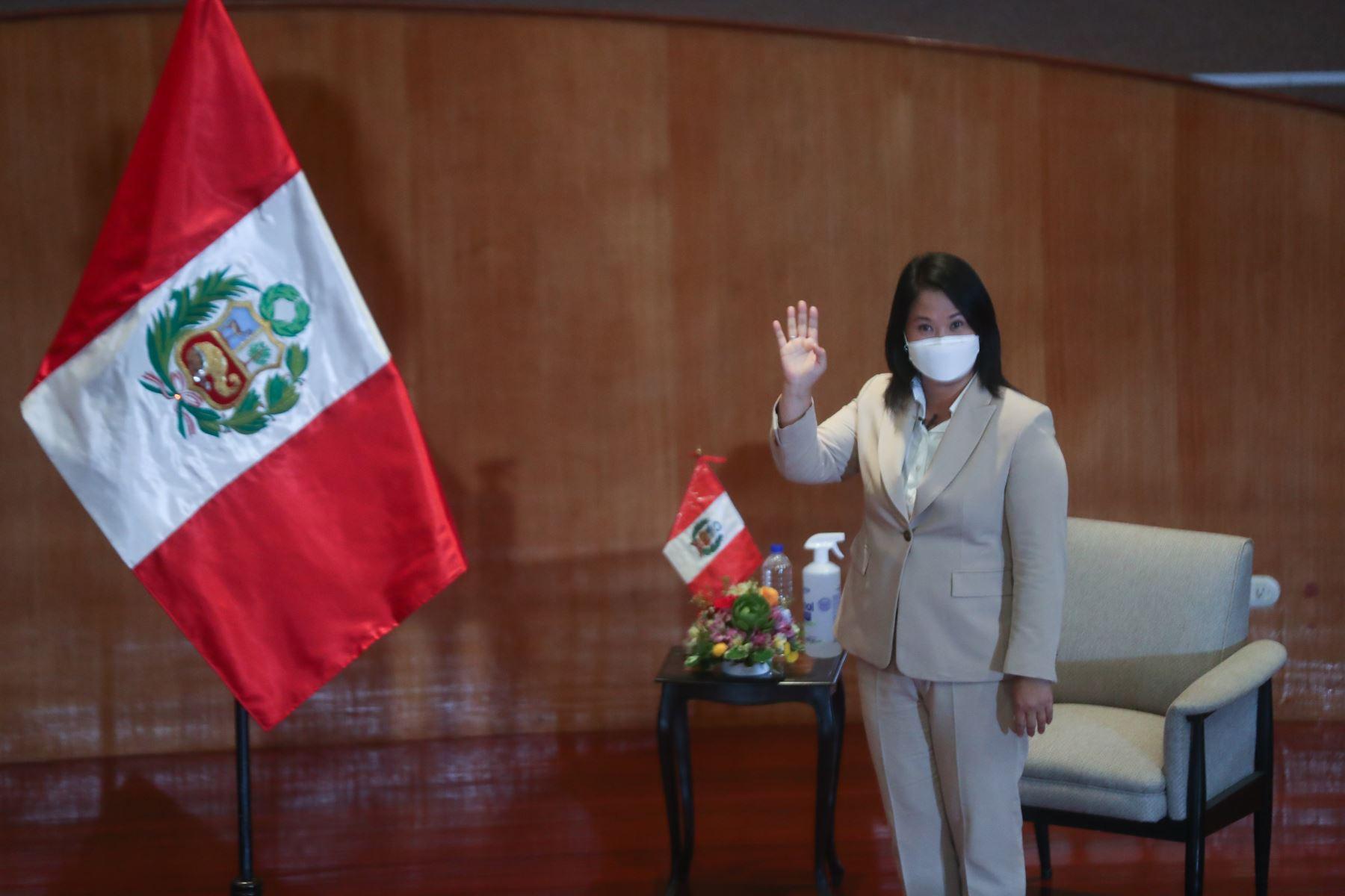 Candidatos a la presidencia de Perú Libre, Pedro Castillo, y de Fuerza Popular, Keiko Fujimori, firman el compromiso de cumplir con los 12 puntos expuestos en la Proclama Ciudadana - Juramento por la Democracia. En el auditorio del Colegio Médico del Perú. Foto: ANDINA/Carla Patiño
