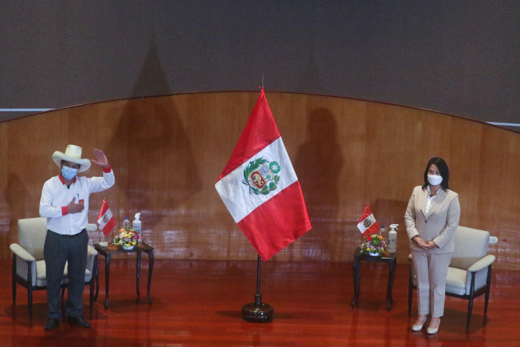 Candidatos a la presidencia de Perú Libre, Pedro Castillo, y de Fuerza Popular, Keiko Fujimori, firman el compromiso de cumplir con los 12 puntos expuestos en la Proclama Ciudadana - Juramento por la Democracia. En el auditorio del Colegio Médico del Perú. Foto: ANDINA/Andrés Valle