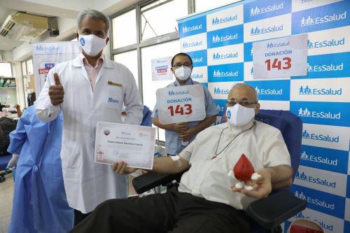 El seguro Social promueve la donación voluntaria para continuar salvando vidas, por cada unidad de sangre se podría salvar tres. Sacerdote de 61 años es un donante recurrente que ha realizado este acto de amor 142 veces, y hoy lo hace una vez más en el Banco de Sangre del Hospital Rebagliati. Foto: ANDINA/EsSalud