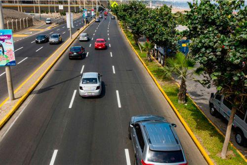Trabajos se realizaron desde San Miguel hasta Miraflores y consistieron en el retiro de la capa superficial en mal estado, así como la colocación y compactación de asfalto nuevo. Foto: ANDINA/MML