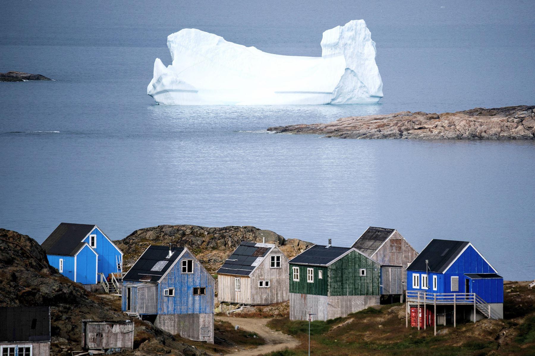 La superficie de la capa de hielo de Groenlandia se ha calentado al menos 2,7 °C desde 1982, acelerando su derretimiento. Foto: AFP