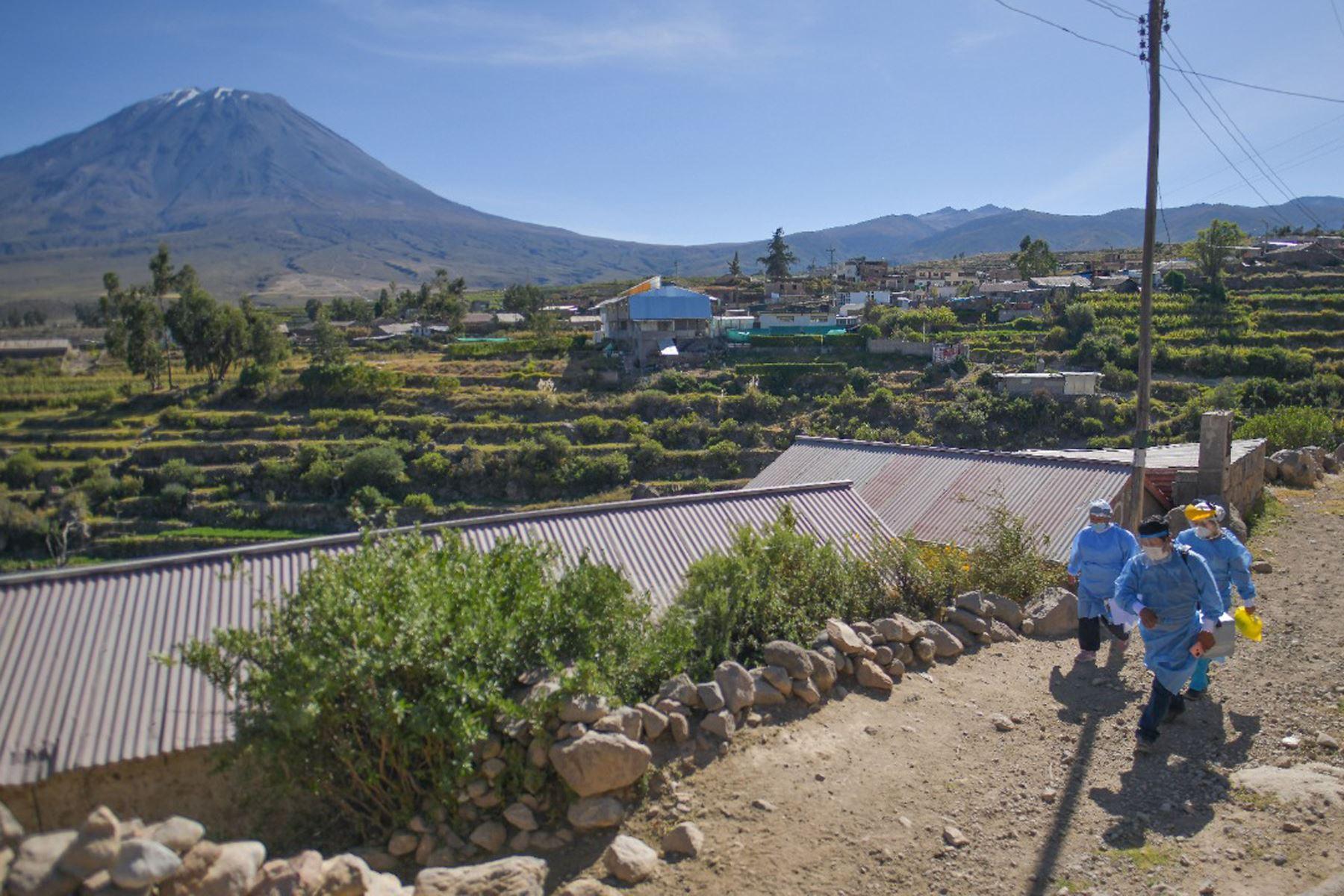 Largas caminatas y jornadas largas de trabajo realiza el personal de salud de Arequipa para llegar al pueblo de Chiguata y anexos que se encuentra ubicada a 30 km al Sur-este de la ciudad de Arequipa.   Foto: Cortesía Diego Ramos