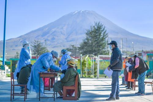 Largas caminatas y jornadas  de trabajo realiza  personal de salud de Arequipa para llegar al pueblo de Chiguata y anexos