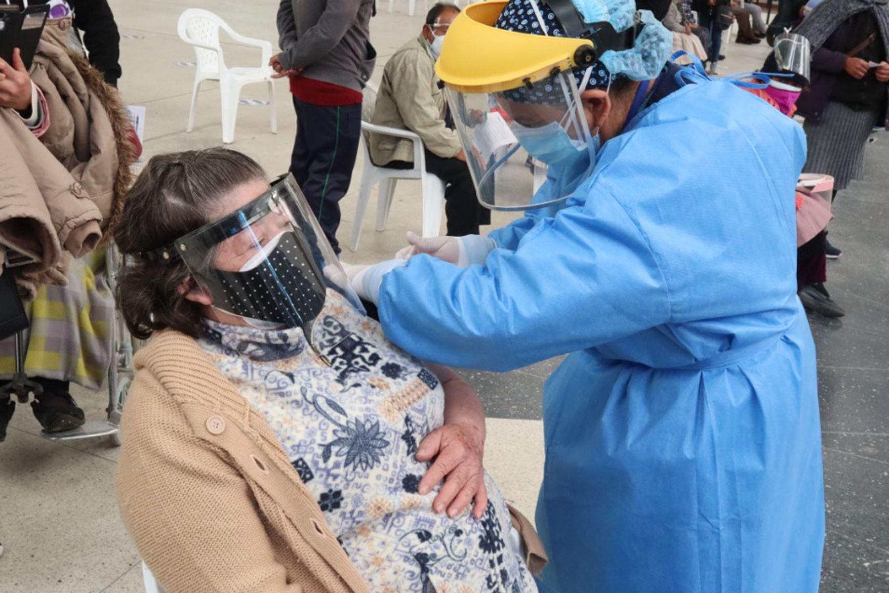 Los adultos mayores de 70 años de Huancayo (Junín) son vacunados contra la covid-19. Foto: ANDINA/Difusión
