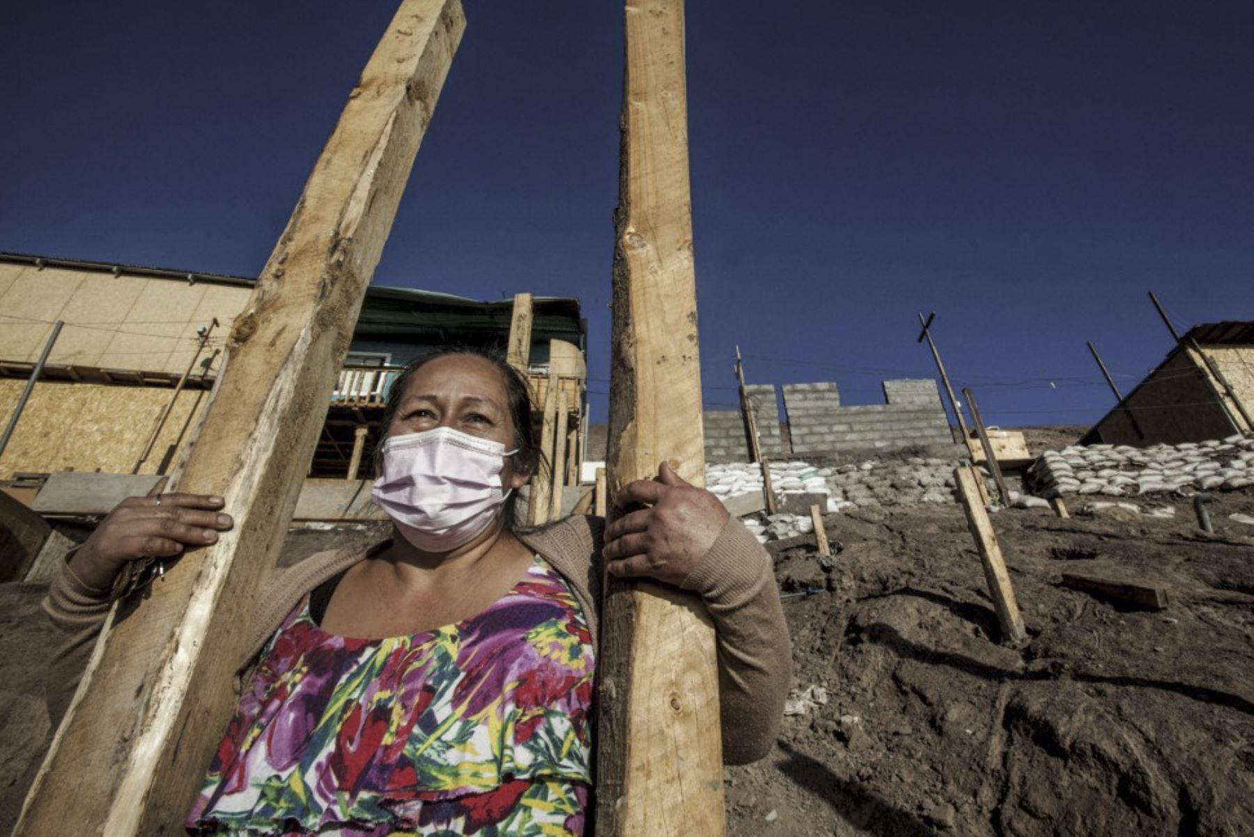 """Romelia Cabrera, de 48 años, posa en un campamento en Altamira, Antofagasta, Chile, el 27 de abril de 2021. - El levantamiento social de 2019 y la pandemia covid-19 han recuperado la miseria de los """"campamentos"""" -asentamientos informales-, que Chile pensaba. tener bajo control. Foto: AFP"""