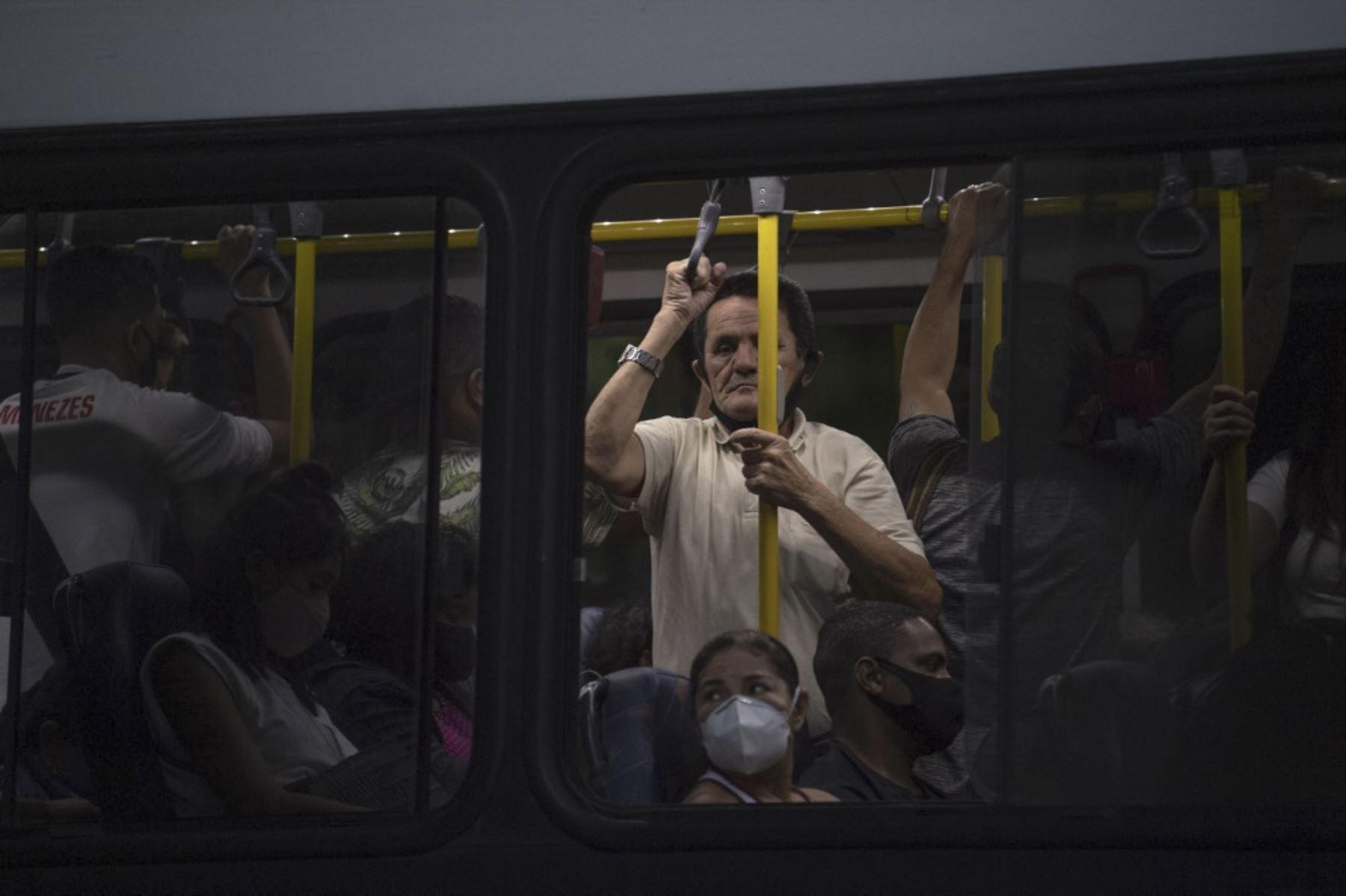 Un hombre que no usa mascarilla viaja en un autobús de transporte público lleno de gente durante la pandemia de covid-19 en el barrio de Laranjeiras en Río de Janeiro, Brasil. Foto: AFP