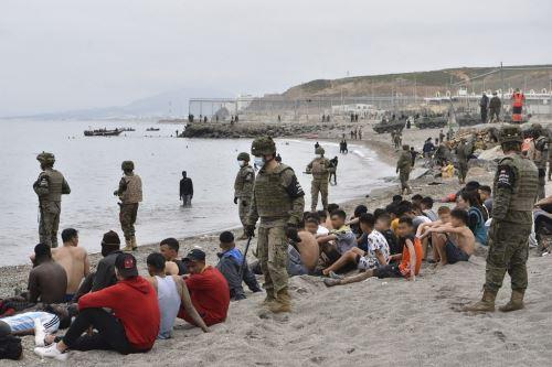 España deporta a 2.700 de los 6.000 migrantes marroquíes que entraron a Ceuta este lunes