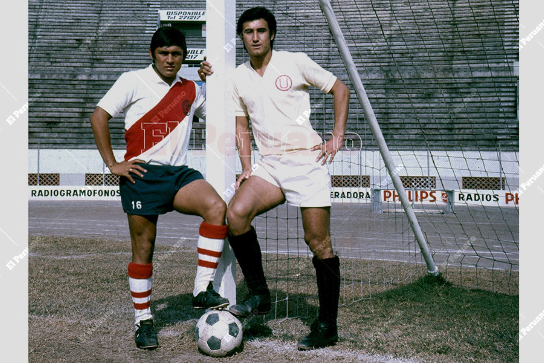 Lima - 1973 / Hugo Sotil de Deportivo Municipal y Percy Rojas de Universitario de Deportes en una producciónpara el diario  La Crónica.  Foto: Archivo Histórico de EL PERUANO