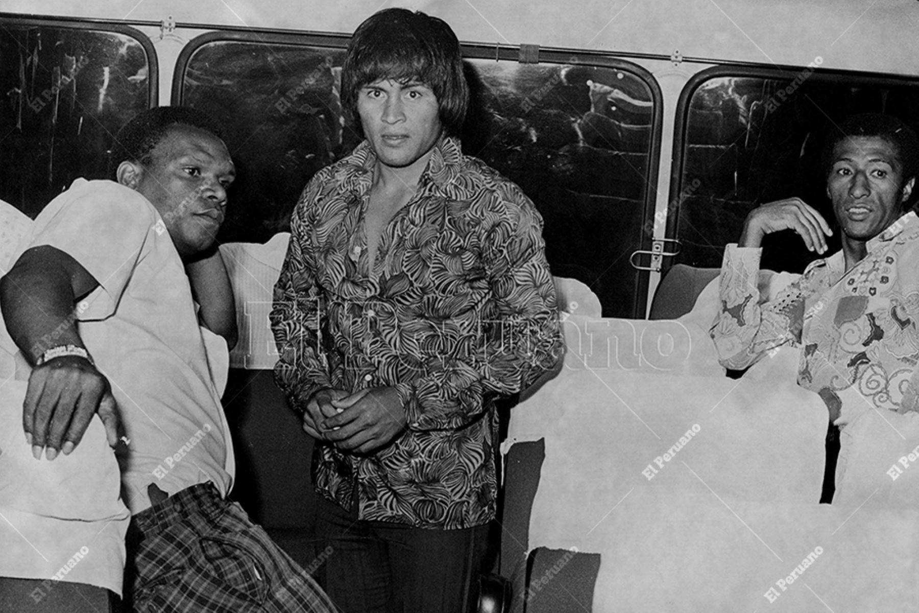 """Lima - década 1970 / Pedro Pablo """"Perico"""" León y Hugo """"Cholo"""" Sotil en el bus de la selección peruana de Fútbol. Foto: Archivo Histórico de EL PERUANO"""