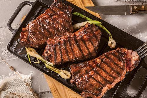 El bife de chorizo, quizá el corte emblema de una gastronomía que gira en torno a las carnes. Foto: Internet