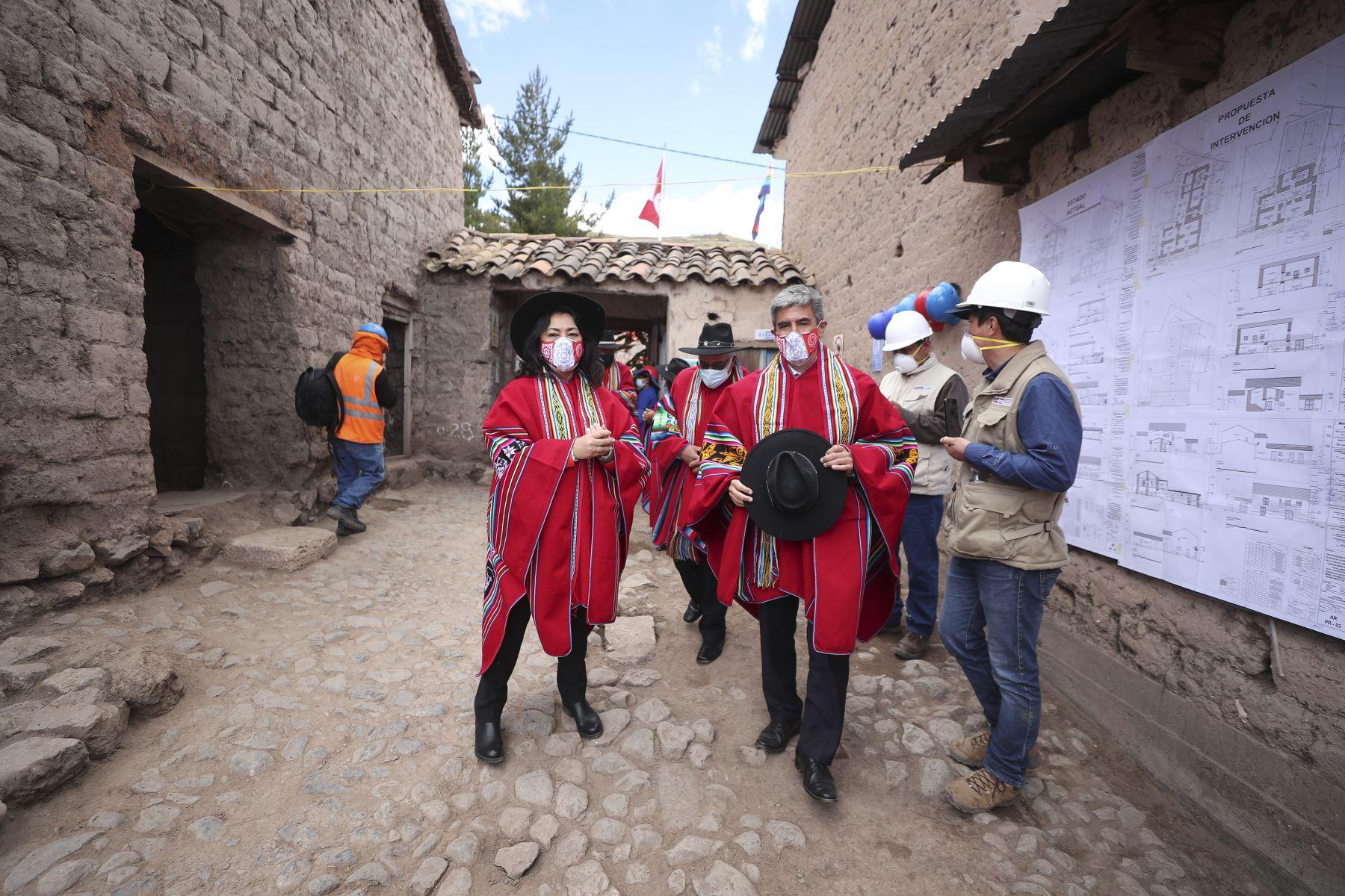 """La presidenta del Consejo de Ministros, Violeta Bermúdez, junto al ministro de Cultura, Alejandro Neyra, preside la ceremonia de conmemoración de los """"240 años del martirologio de Túpac Amaru II y Micaela Bastidas"""", como parte del rescate del legado histórico de los héroes peruanos al conmemorarse el Bicentenario, en la provincia de Canas, Cusco. Foto: ANDINA/PCM"""
