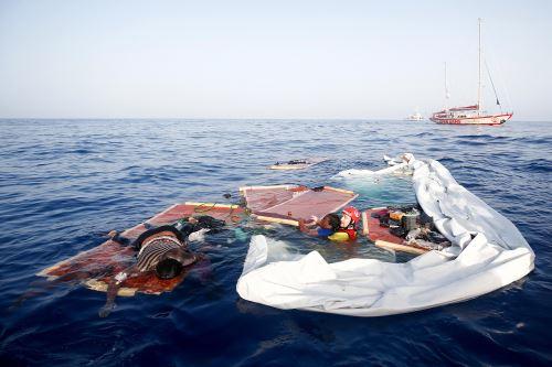 Esta fotografía de archivo de France Press, tomada el 17 de julio del 2018, muestra otro naufragio de migrantes en el mar Mediterráneo. Foto: AFP.