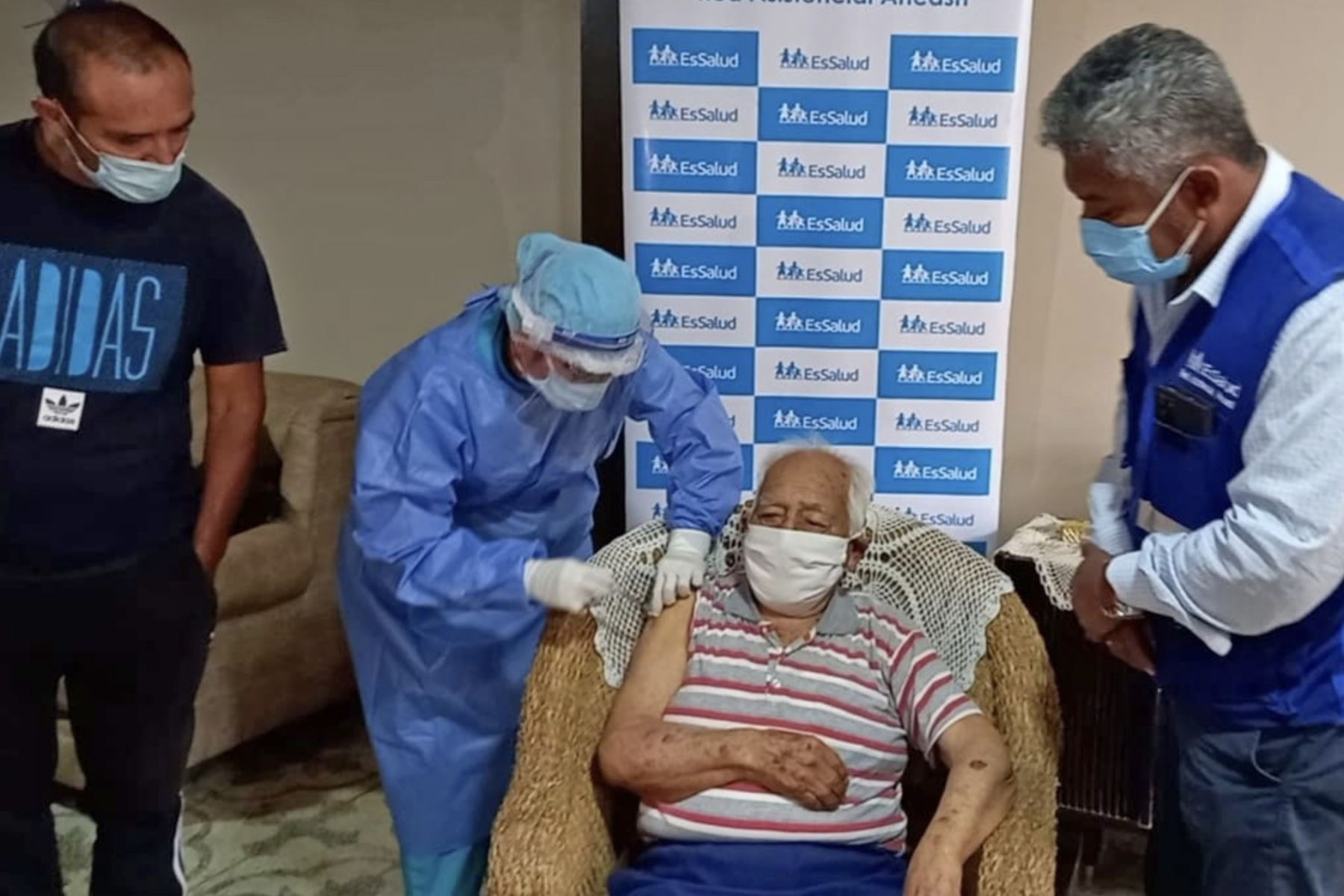 El tatarabuelo Segundo Angulo Zavaleta, de 100 años, recibió con mucha alegría y esperanza al personal de salud de Pandomi en su vivienda. Foto: ANDINA/Difusión