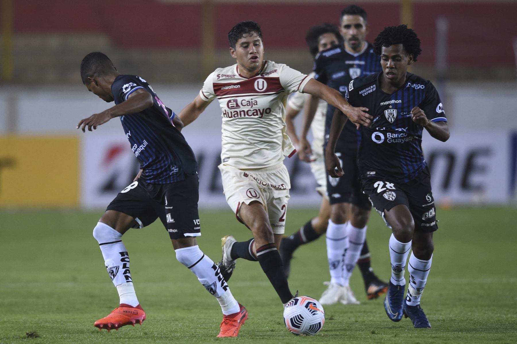 Luis Valverde de Universitario se enfrenta ante la marca de José Hurtado de Independiente del Valle durante el partido de la fase de grupos de la Copa Libertadores, en el Estadio Monumental. Foto: AFP