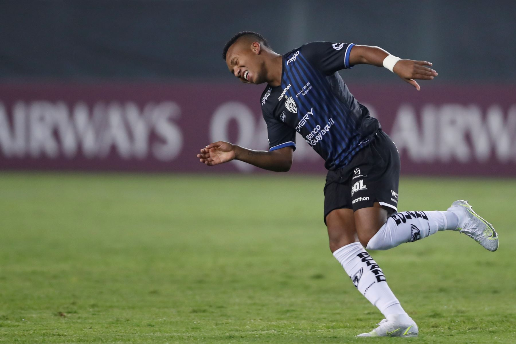 Jhon Sánchez de Independiente del Valle celebra un gol durante partido ante Universitario por la Copa Libertadores, en el Estadio Monumental. Foto: EFE