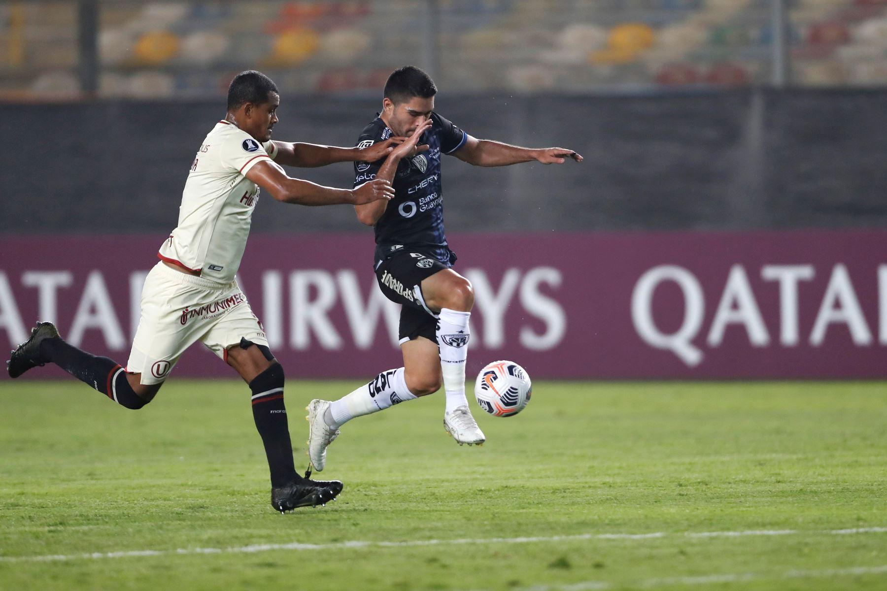 Nelinho Quina de Universitario disputa un balón con Brian Montenegro de Independiente del Valle durante partido por la Copa Libertadores, en el Estadio Monumental. Foto: EFE