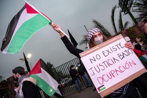 """Los manifestantes iniciaron la protesta fuera del club Palestino con bailes, banderas palestinas y pancartas con leyendas como """"no existe justicia con ocupación"""" y """"no más genocidio"""". Foto: AFP"""