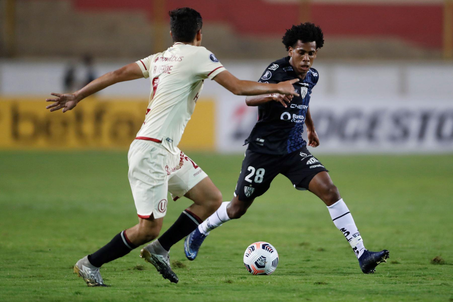 Alex Valera de Universitario disputa un balón con José Hurtado de Independiente del Valle durante partido por la Copa Libertadores, en el Estadio Monumental. Foto: EFE