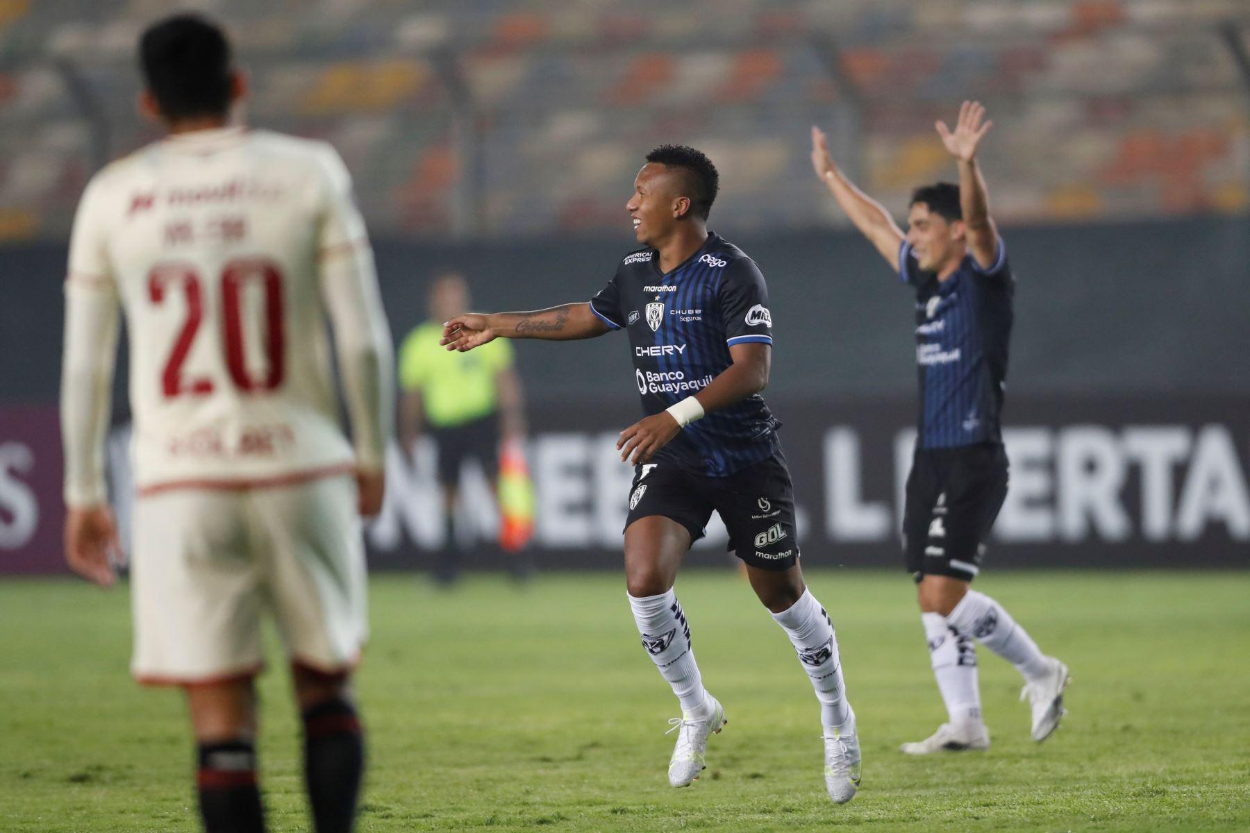 Jhon Sánchez de Independiente del Valle celebra tras marca a Universitario durante partido por la Copa Libertadores, en el Estadio Monumental. Foto: EFE