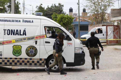 Policías municipales resguardan el área acordonada de una fosa clandestina en la que se han exhumado hasta 9 cuerpos hoy, en una finca ubicada en Alamedas de Zalatitán, municipio de Tonalá, estado de Jalisco (México). Foto: EFE