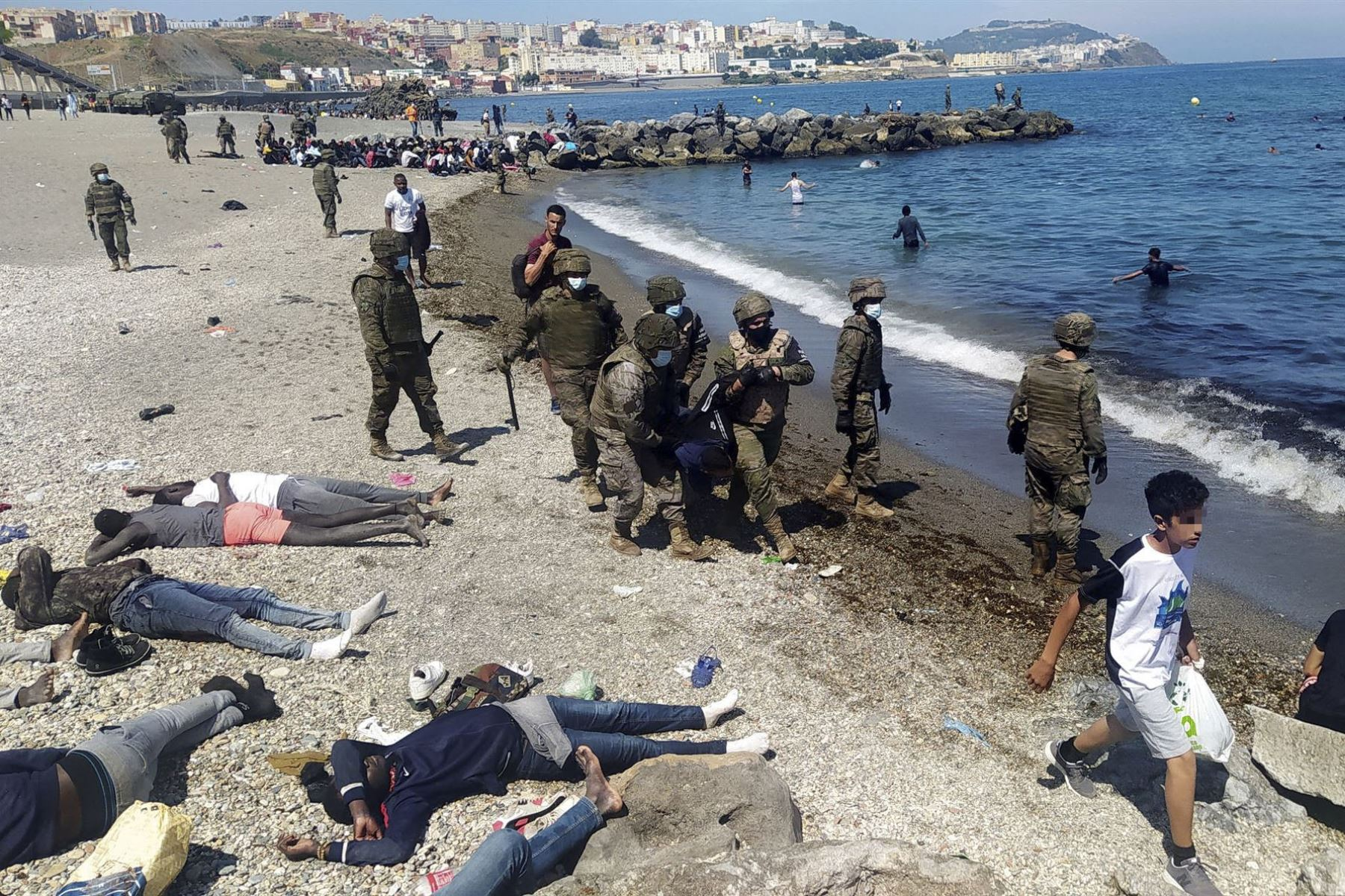 España devuelve a Marruecos 5,600 inmigrantes llegados a Ceuta.